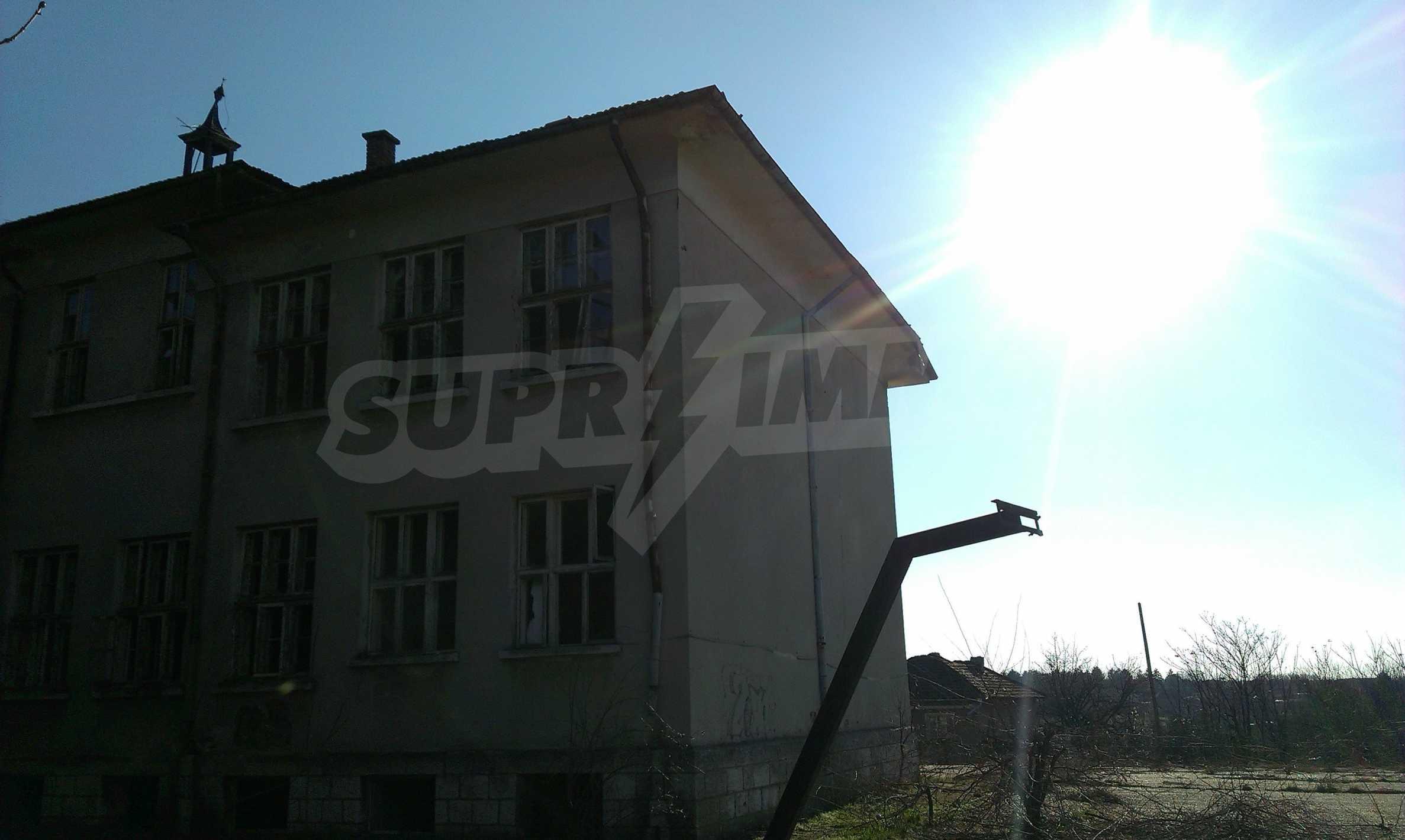 Zwei massive Gebäude auf einem großen Grundstück 35 km von der Stadt Russe und der Donau entfernt 47