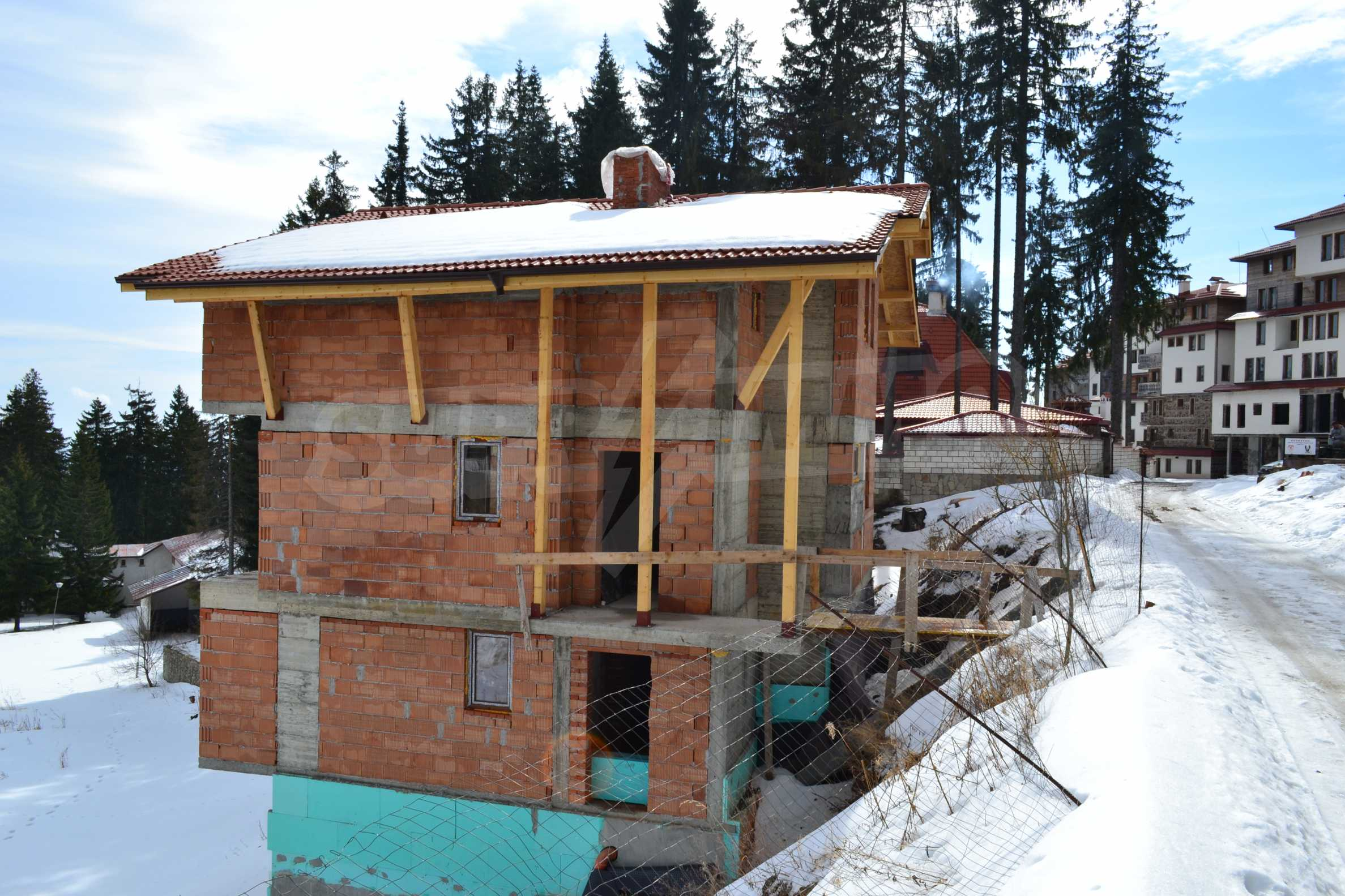 Modern, finished houses near the ski run and road in Pamporovo 10