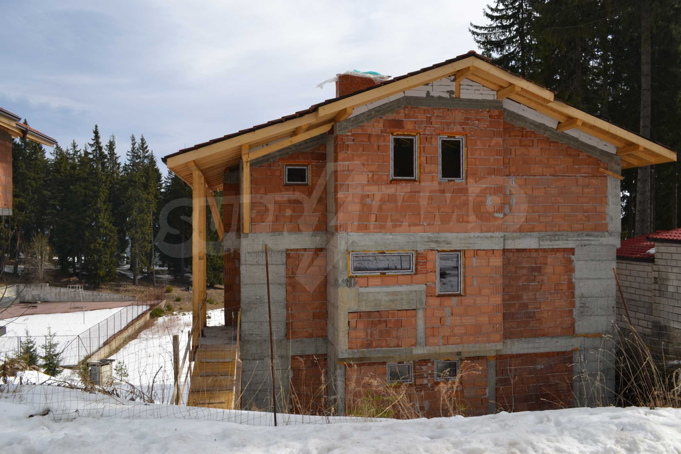 Modern, finished houses near the ski run and road in Pamporovo 2