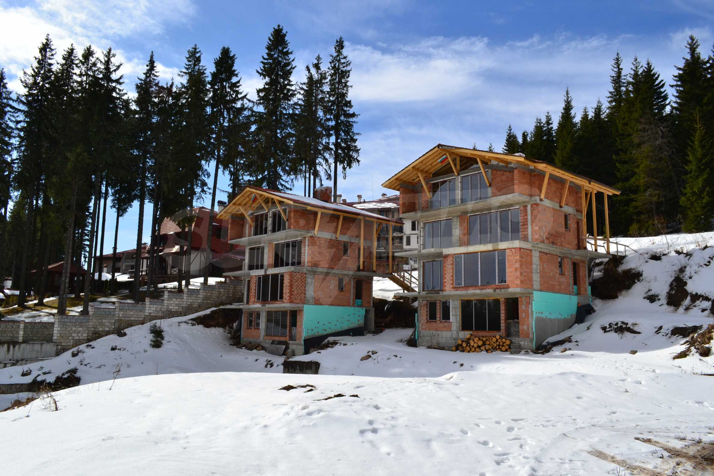 Modern, finished houses near the ski run and road in Pamporovo 3