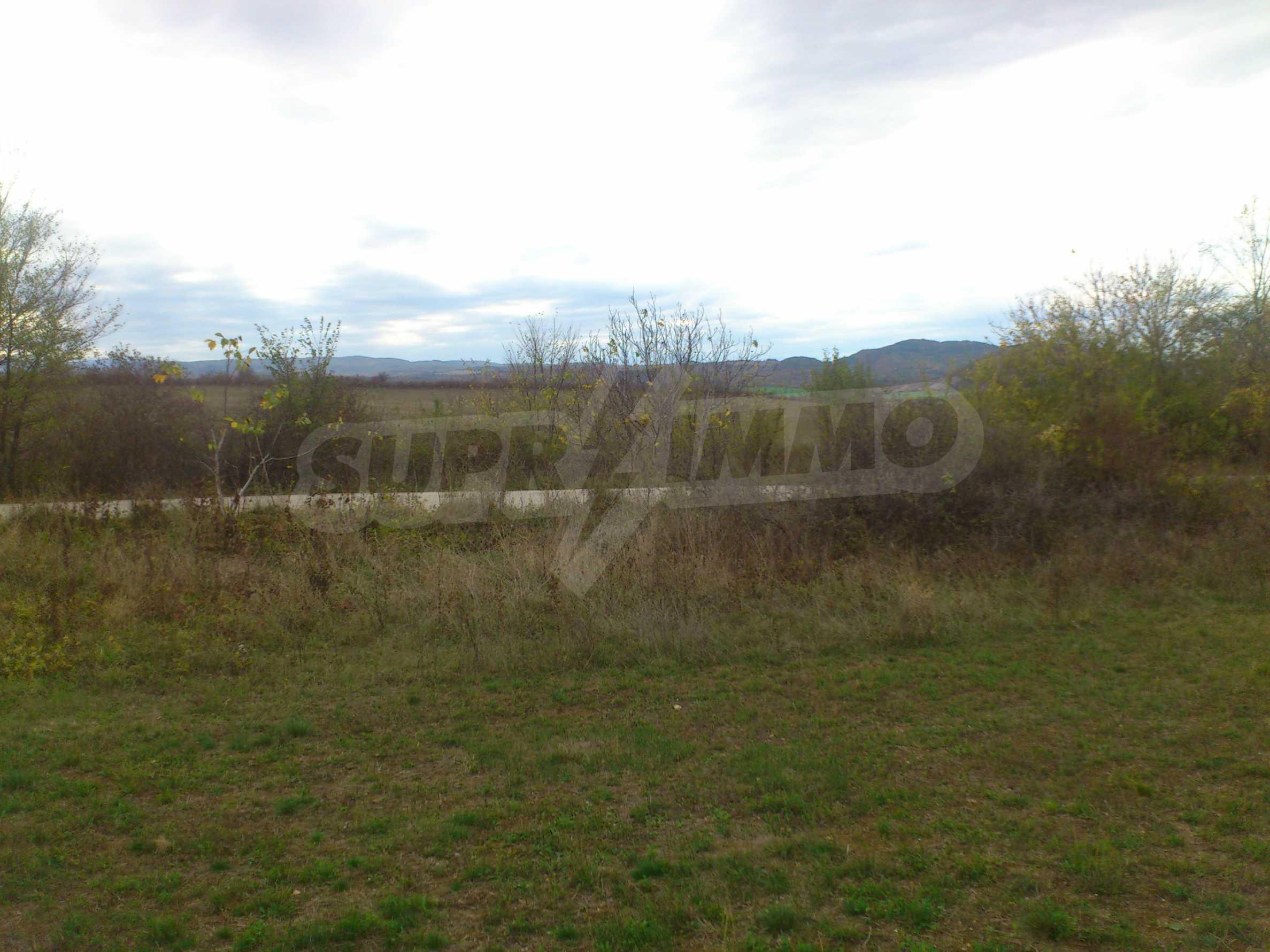 Grundstück 3 km von Veliko Tarnovo entfernt mit Blick auf eine Asphaltstraße 1