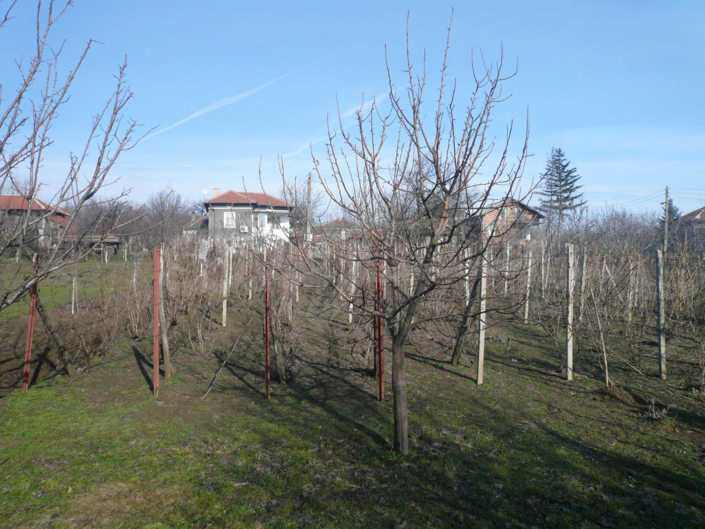 Schöne zweistöckige Villa mit großem Garten 17