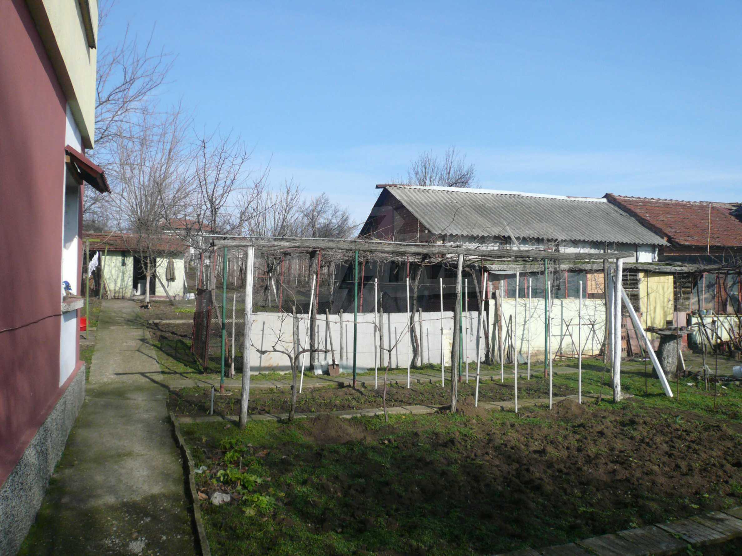 Schöne zweistöckige Villa mit großem Garten 6