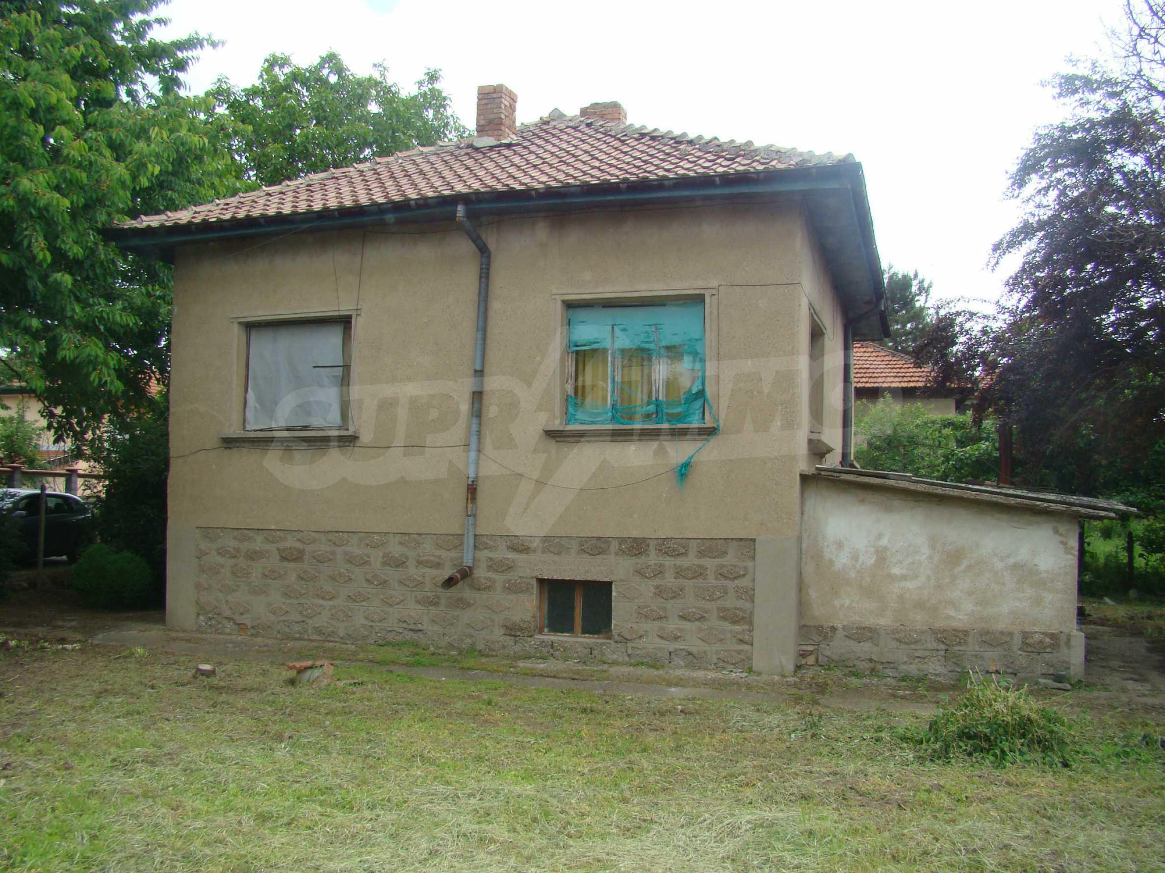 Къща с голям двор в село на брега на река Дунав 1