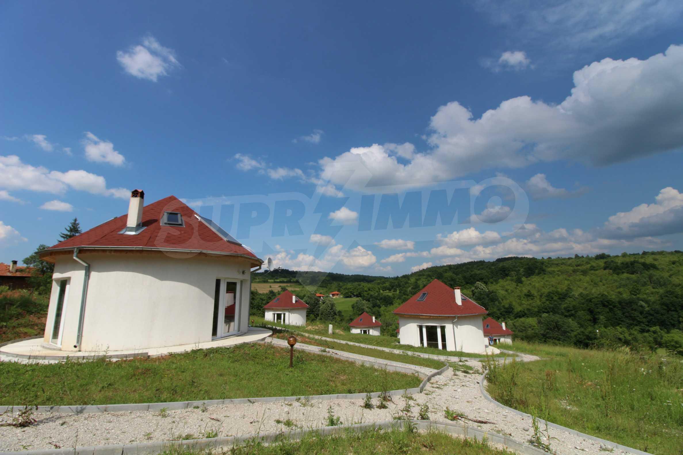 Уникално вилно селище с кръгли къщи на 50 км от Велико Търново