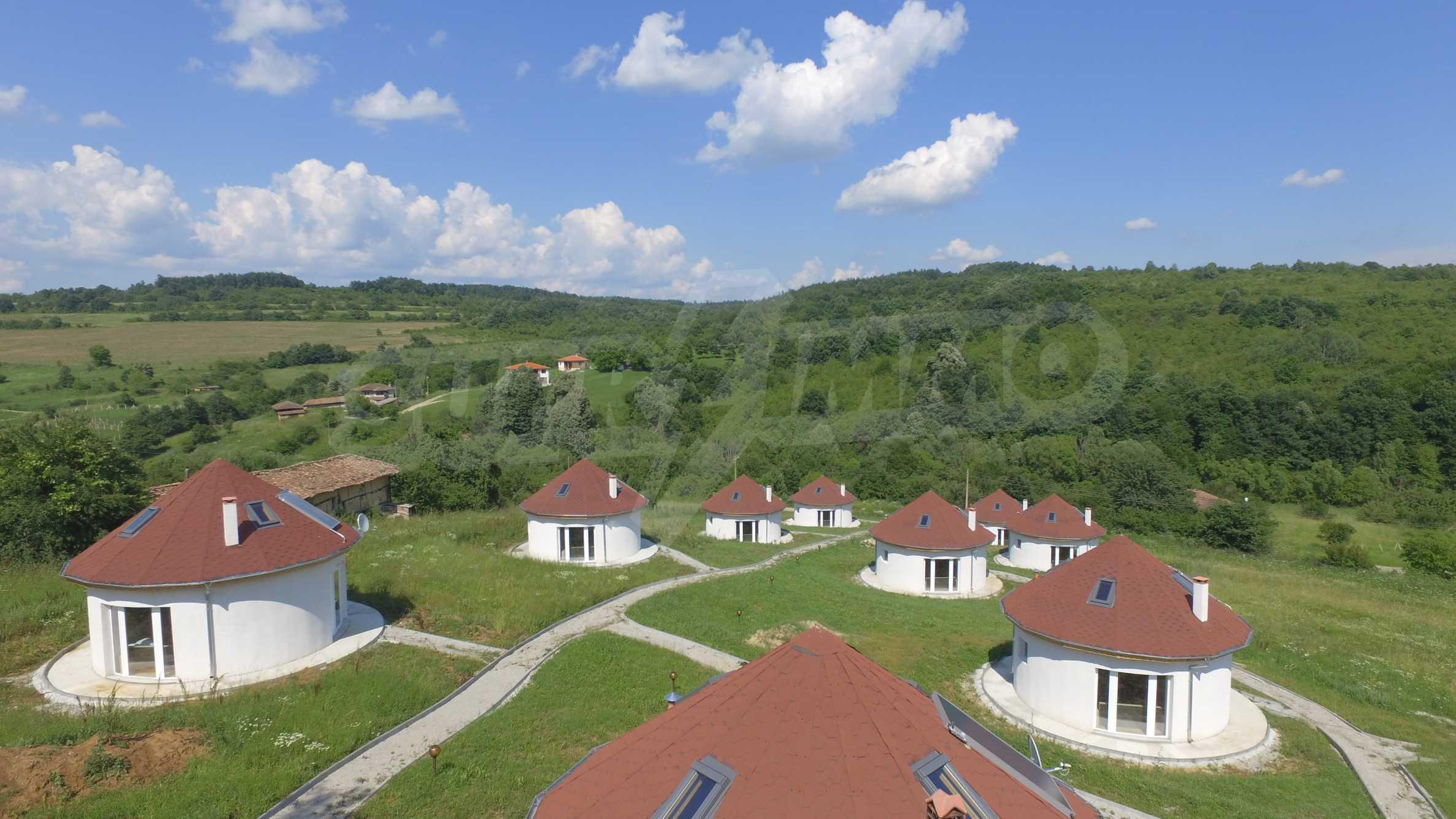 Уникално вилно селище с кръгли къщи на 50 км от Велико Търново  45