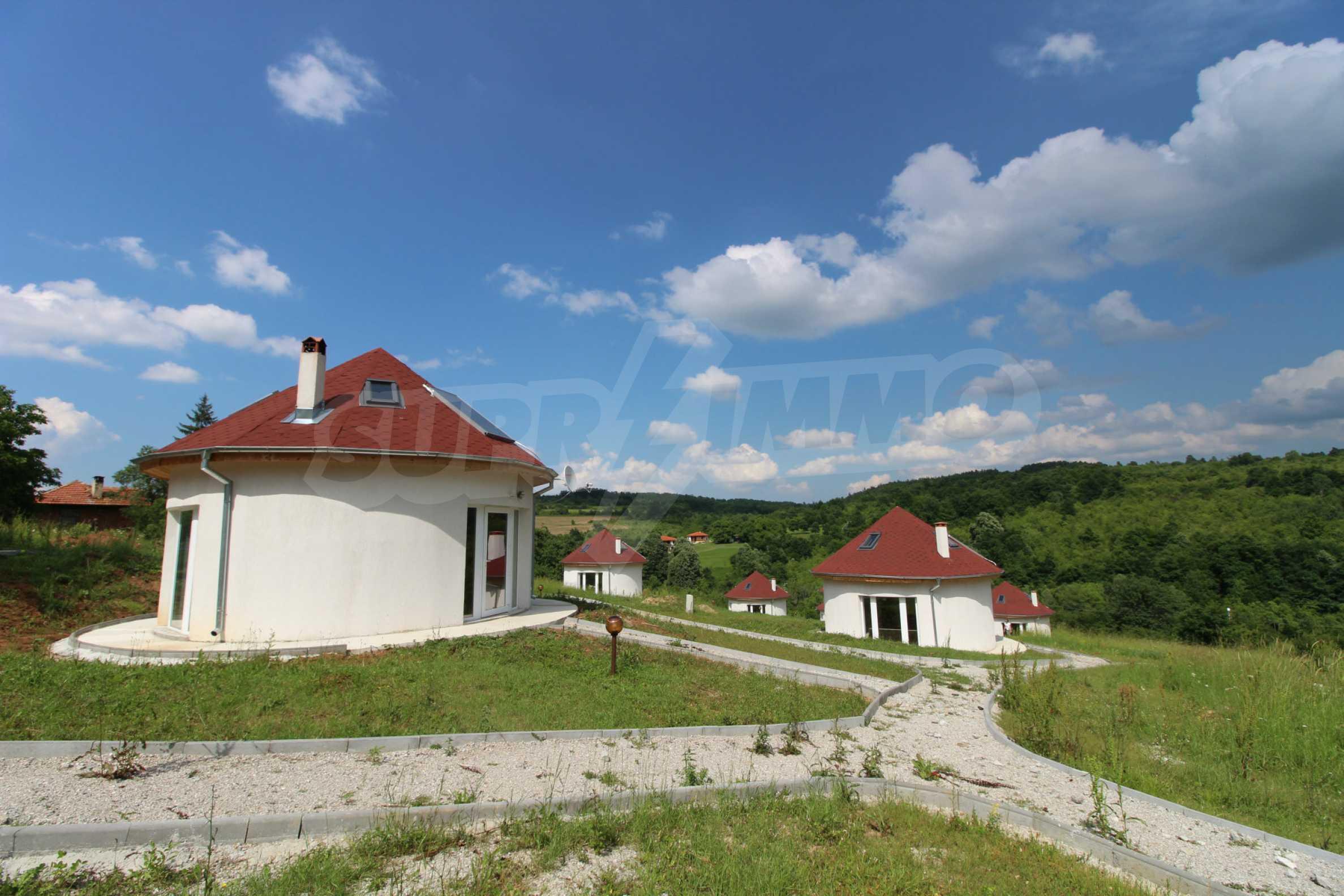 Уникално вилно селище с кръгли къщи на 50 км от Велико Търново  49