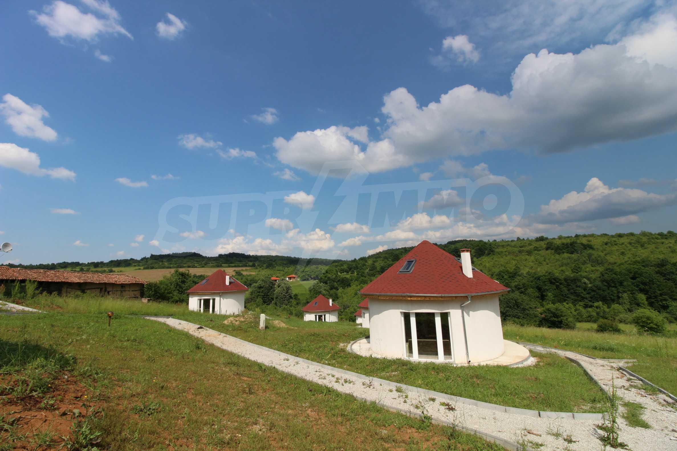 Уникално вилно селище с кръгли къщи на 50 км от Велико Търново  50