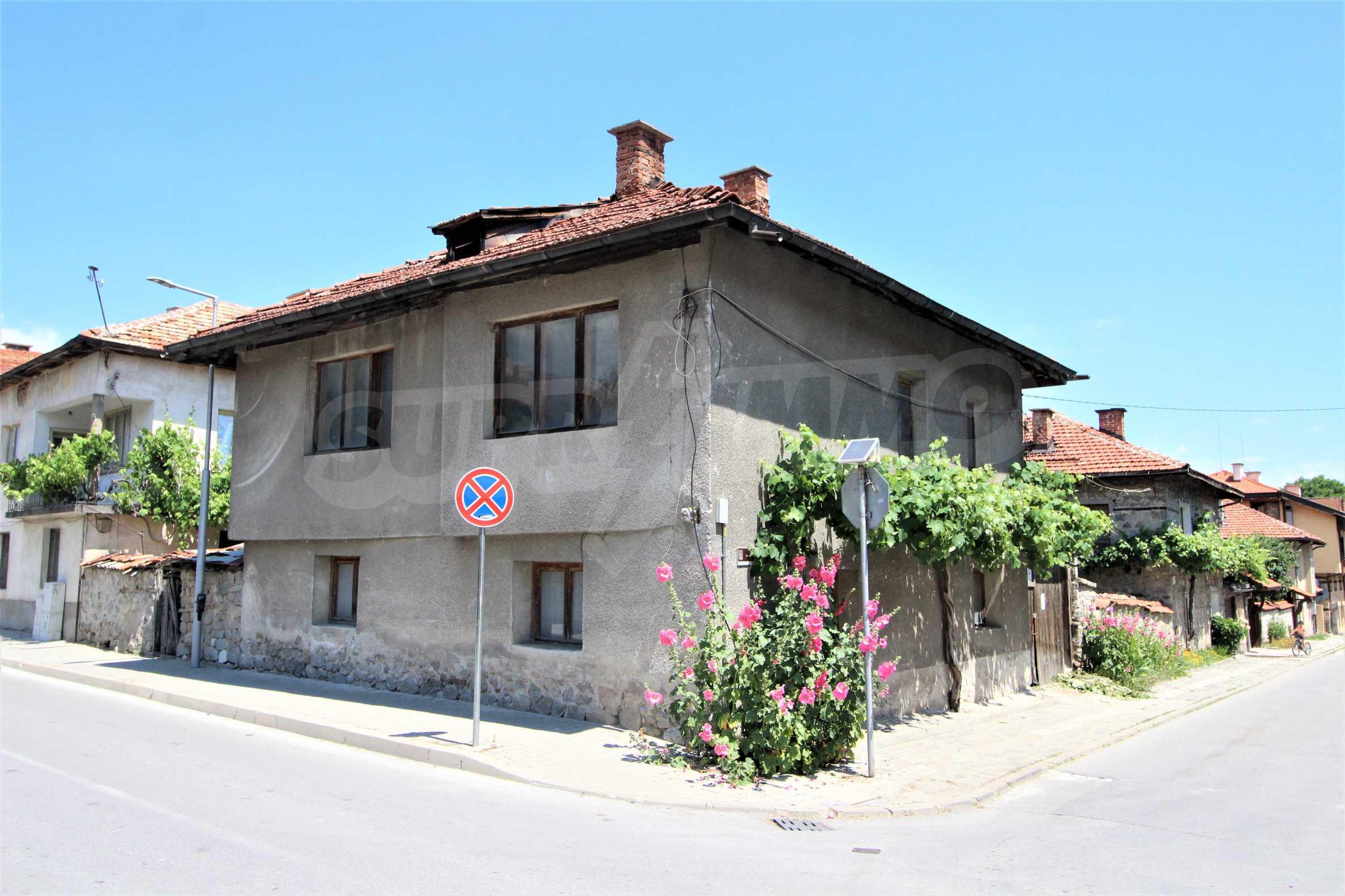 Двуетажна къща в центъра на ски курорта Банско 1