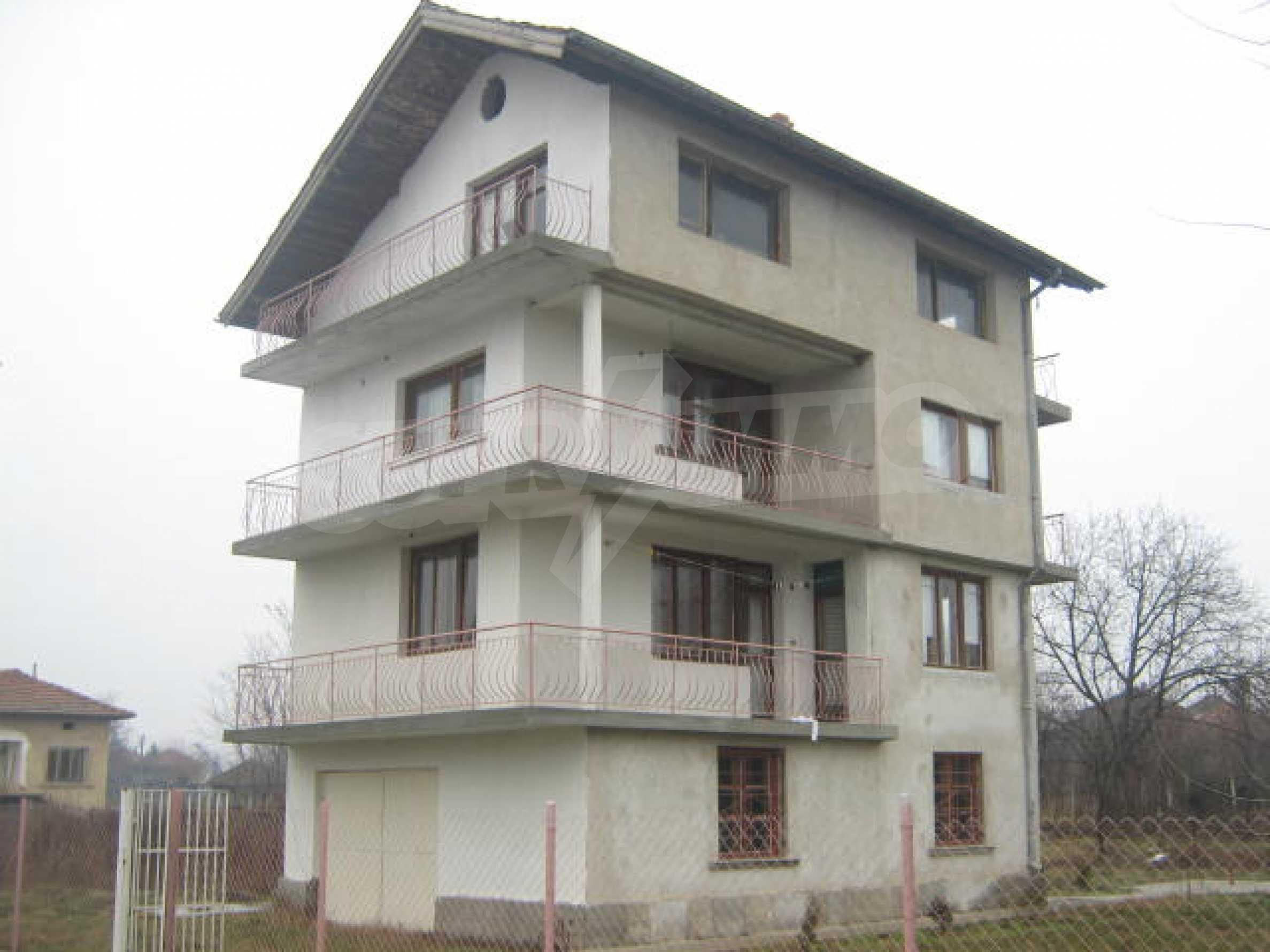 Vierstöckiges Haus mit Hof in der Nähe von der Stadt Widin
