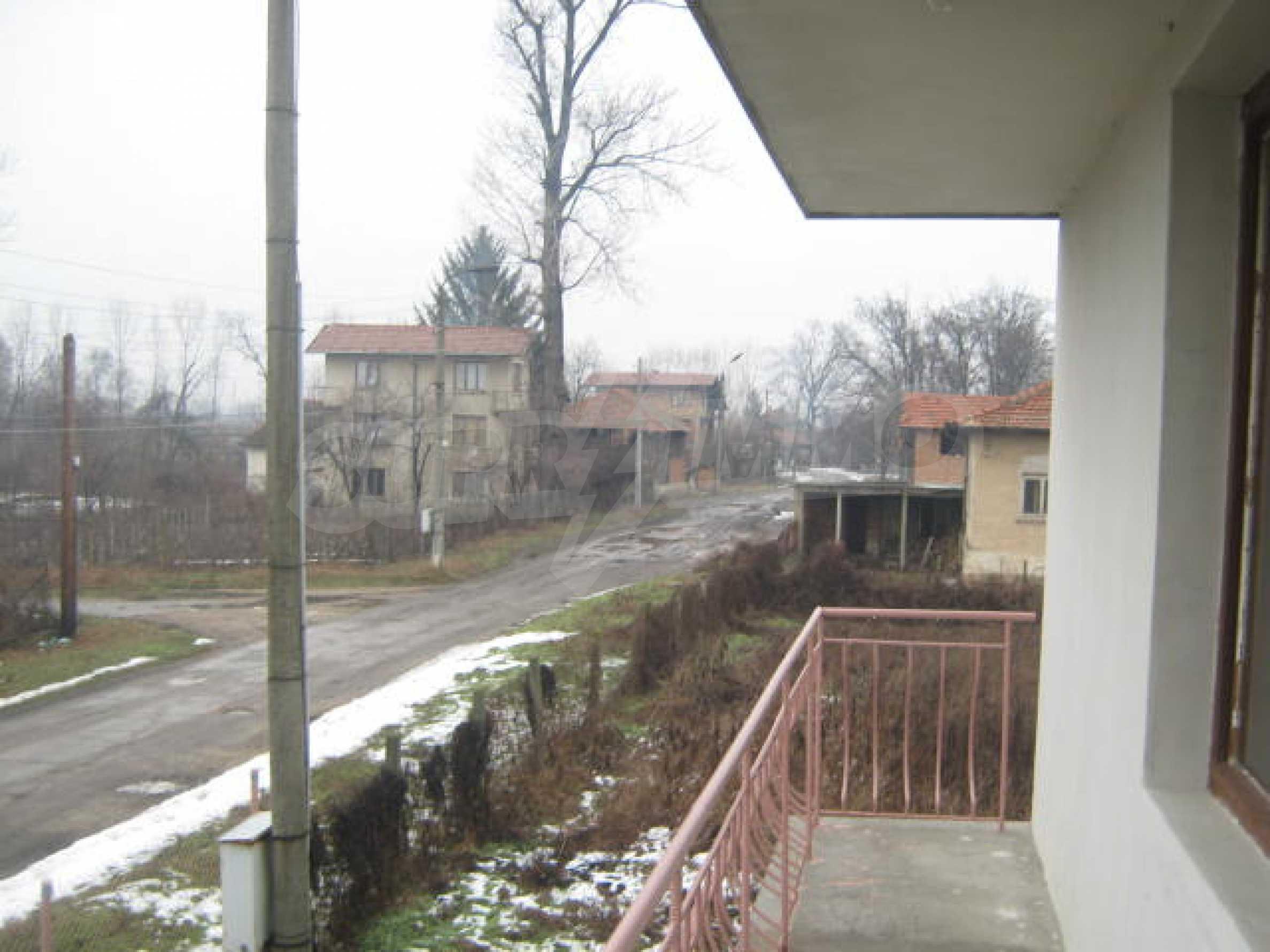 Vierstöckiges Haus mit Hof in der Nähe von der Stadt Widin 9