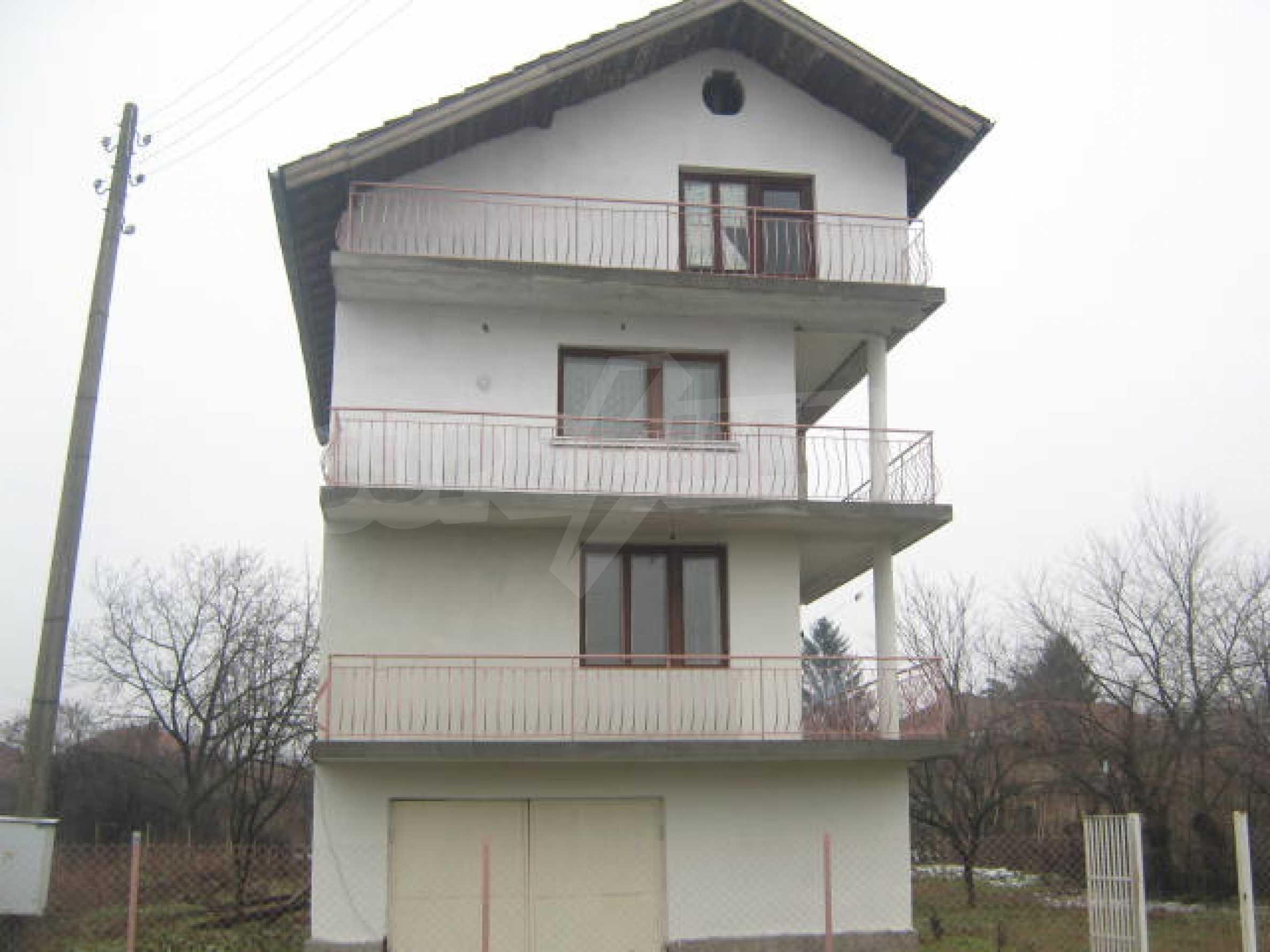 Vierstöckiges Haus mit Hof in der Nähe von der Stadt Widin 1