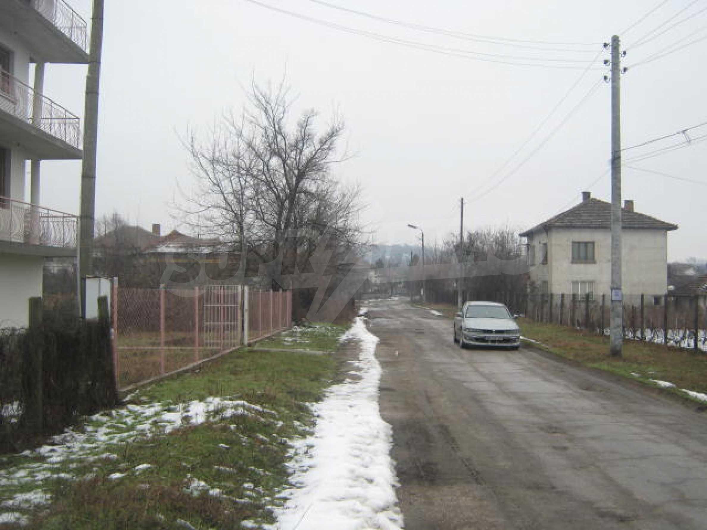 Vierstöckiges Haus mit Hof in der Nähe von der Stadt Widin 21
