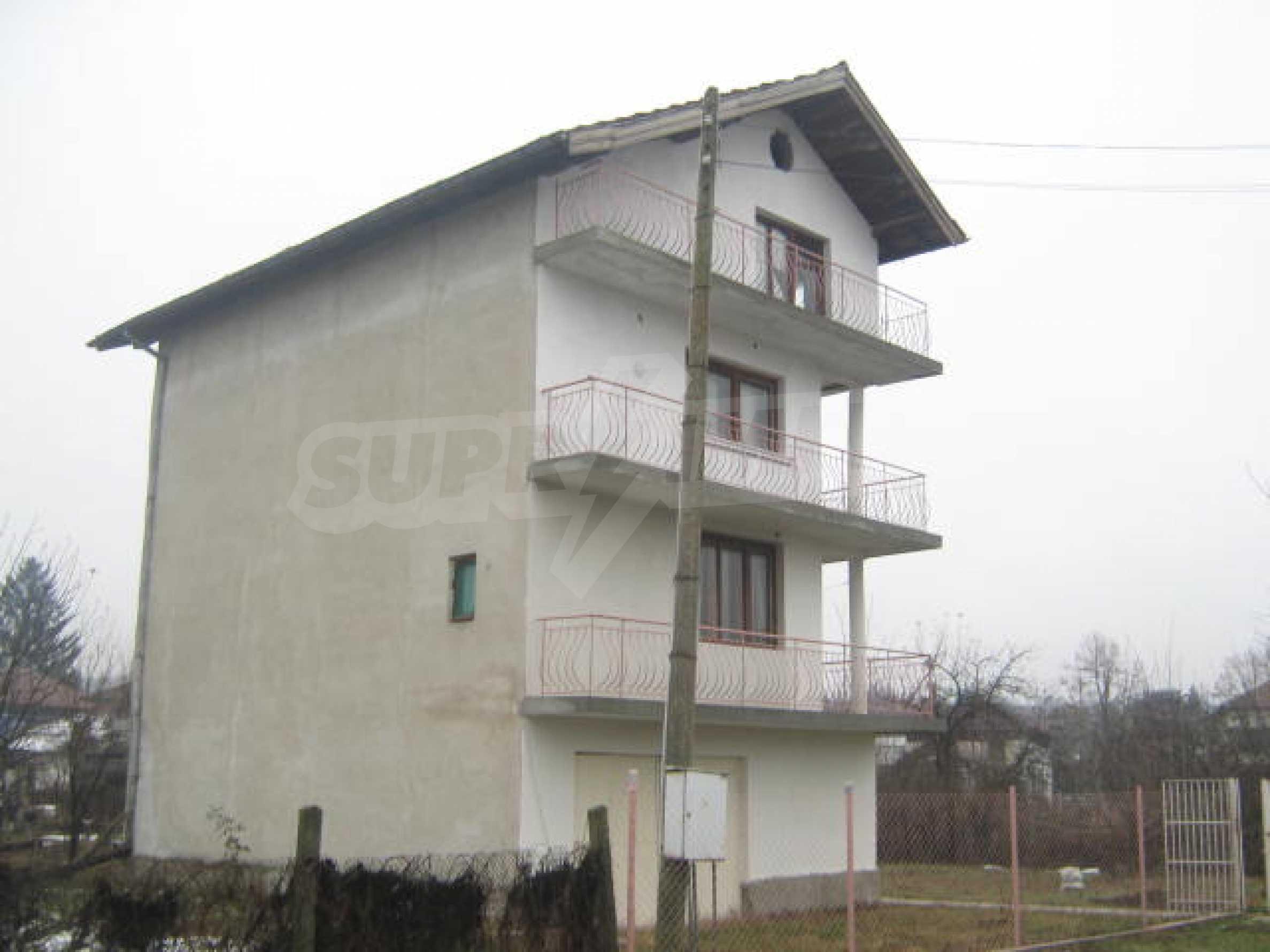 Vierstöckiges Haus mit Hof in der Nähe von der Stadt Widin 2