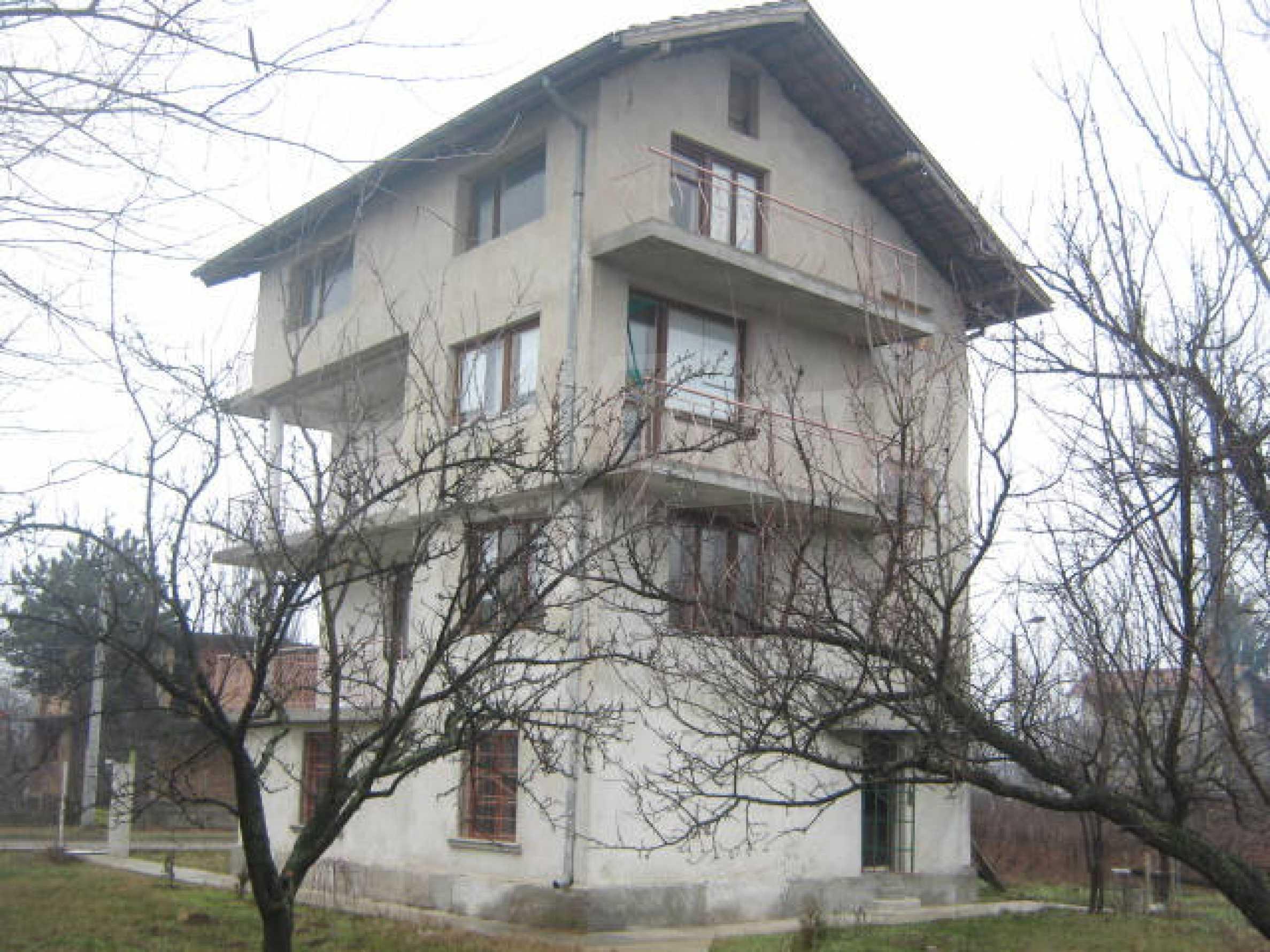 Vierstöckiges Haus mit Hof in der Nähe von der Stadt Widin 3