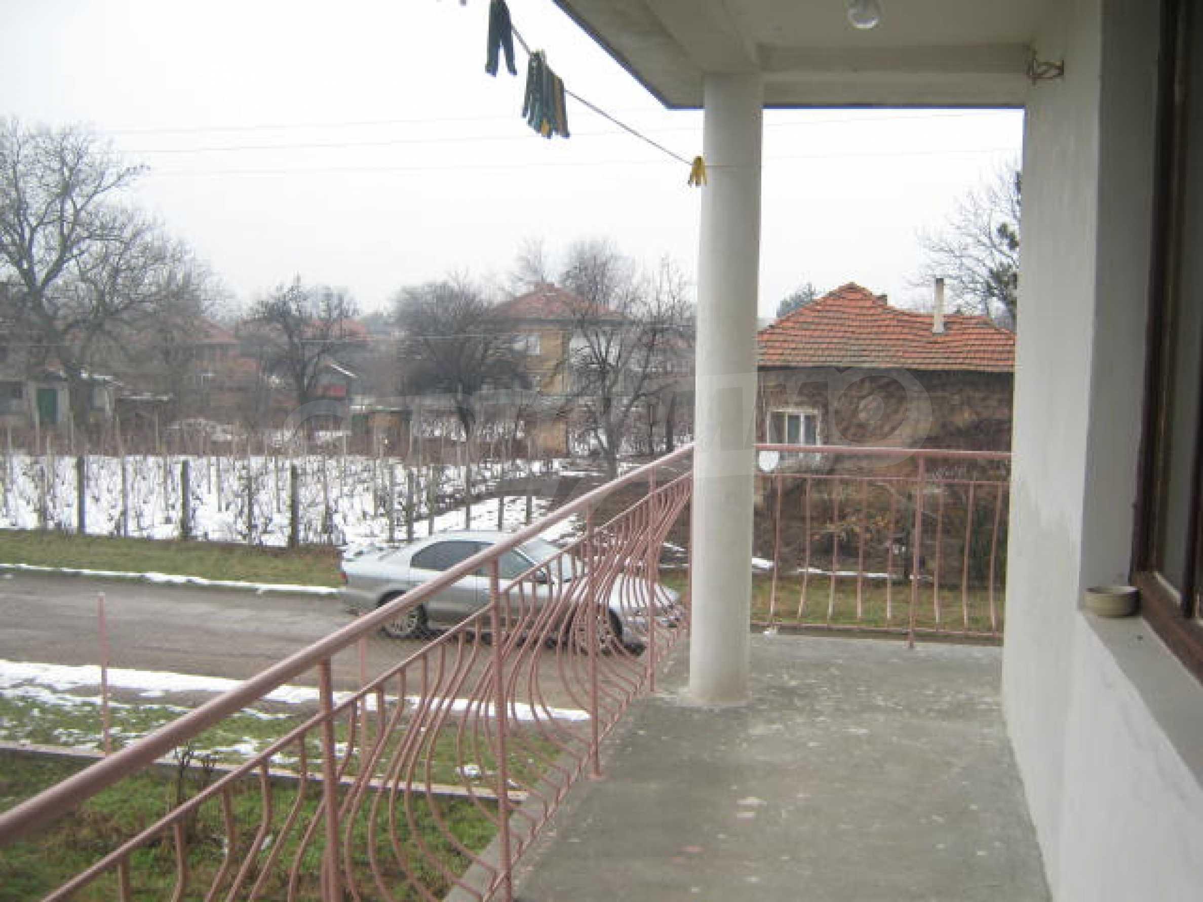 Vierstöckiges Haus mit Hof in der Nähe von der Stadt Widin 4
