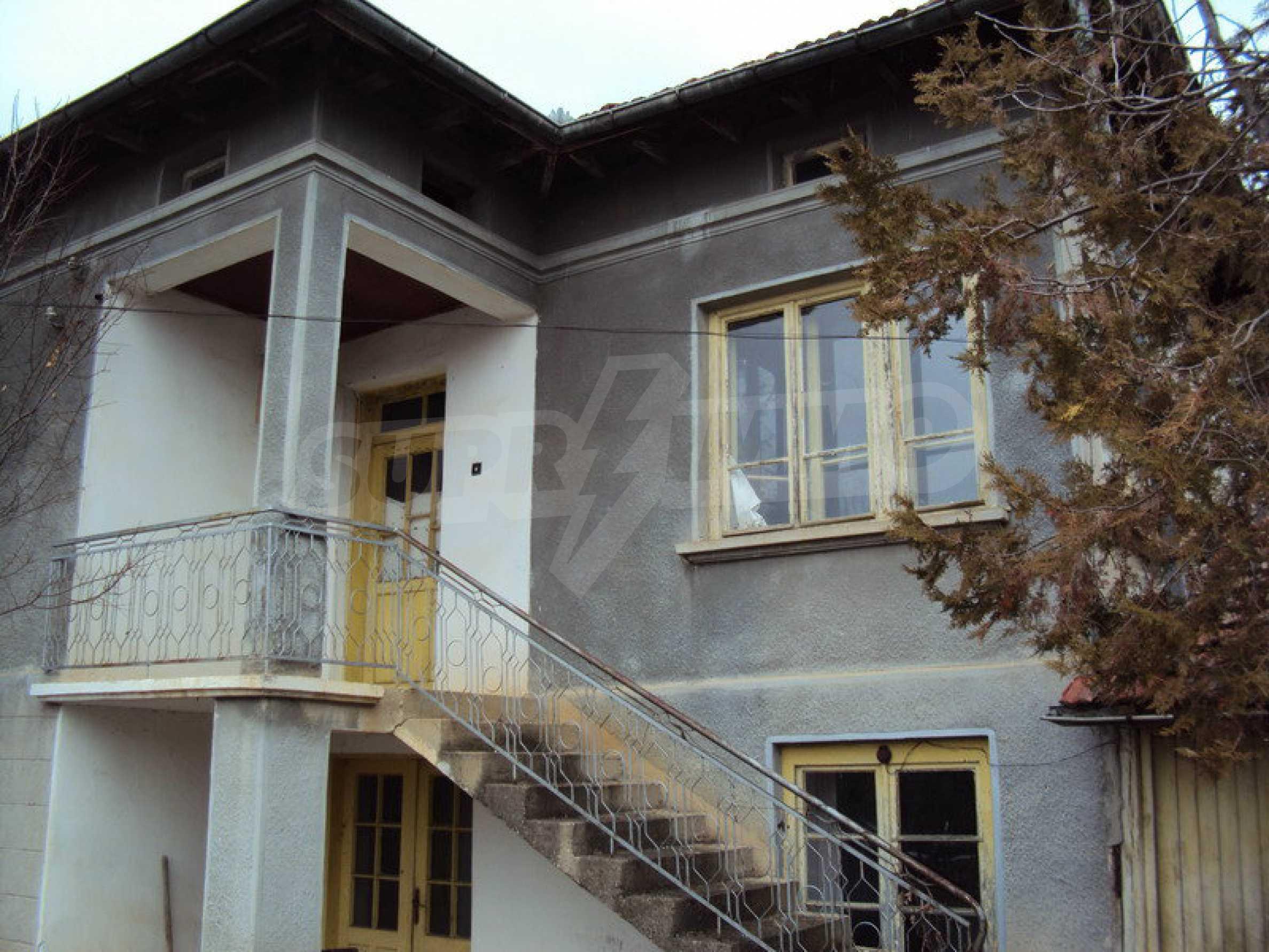 Стара къща с плевня в парцел с големина от 1300 кв.м.