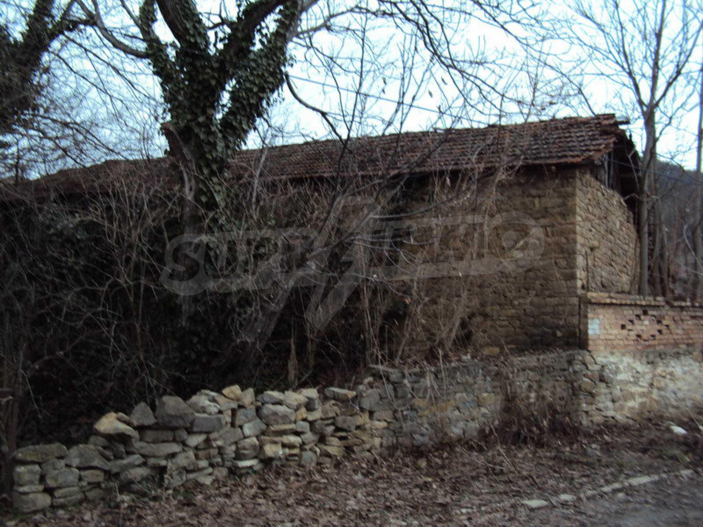 Стара къща с плевня в парцел с големина от 1300 кв.м. 14