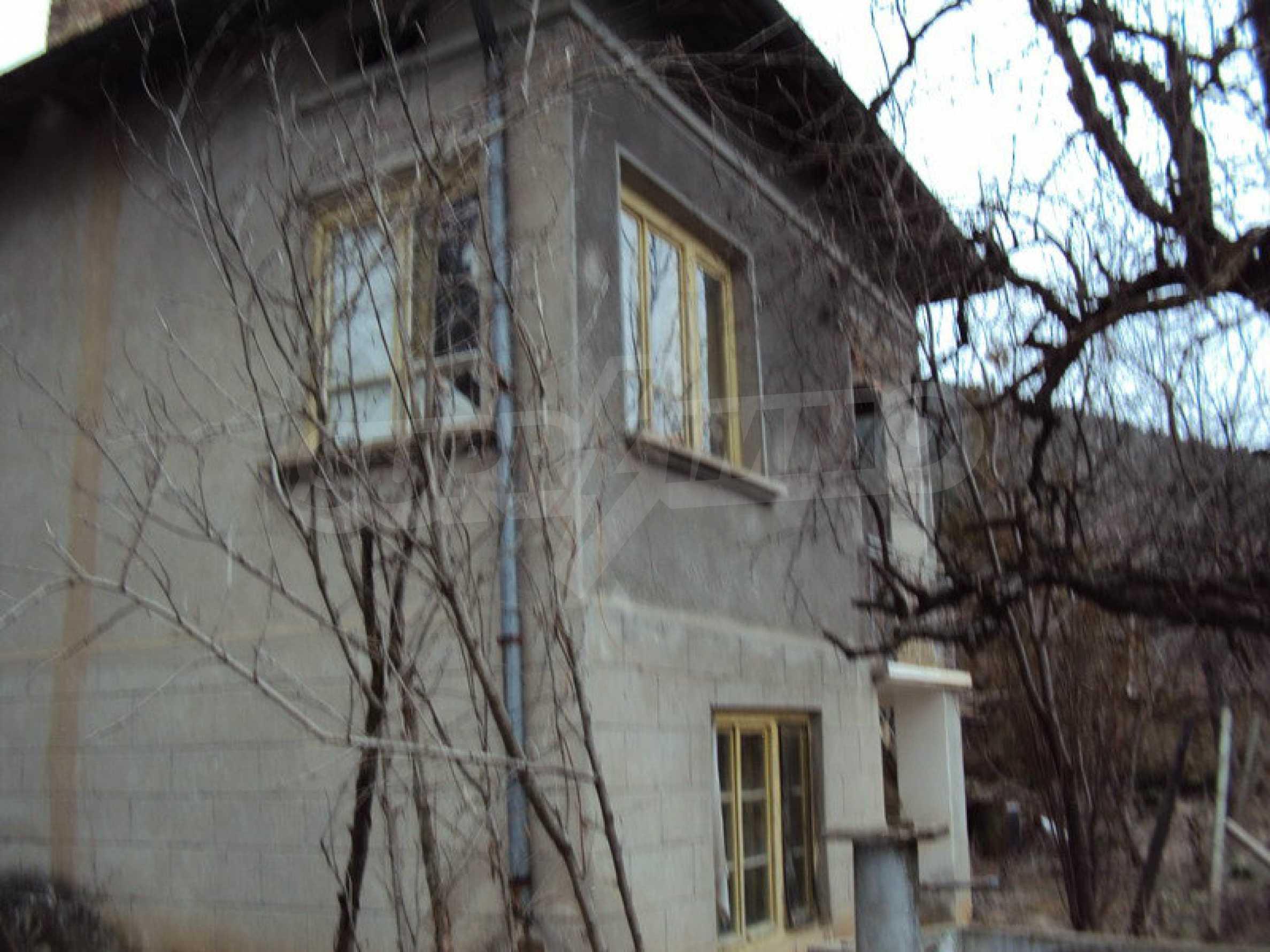 Стара къща с плевня в парцел с големина от 1300 кв.м. 1