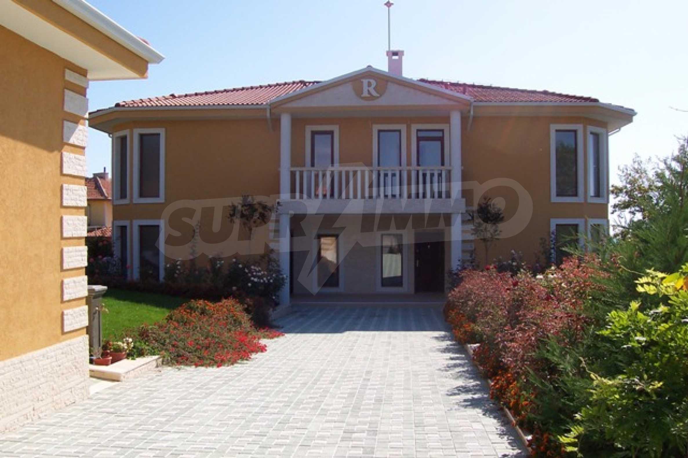 Луксозна двуетажна къща с два гаража и панорамна гледка към морето и града