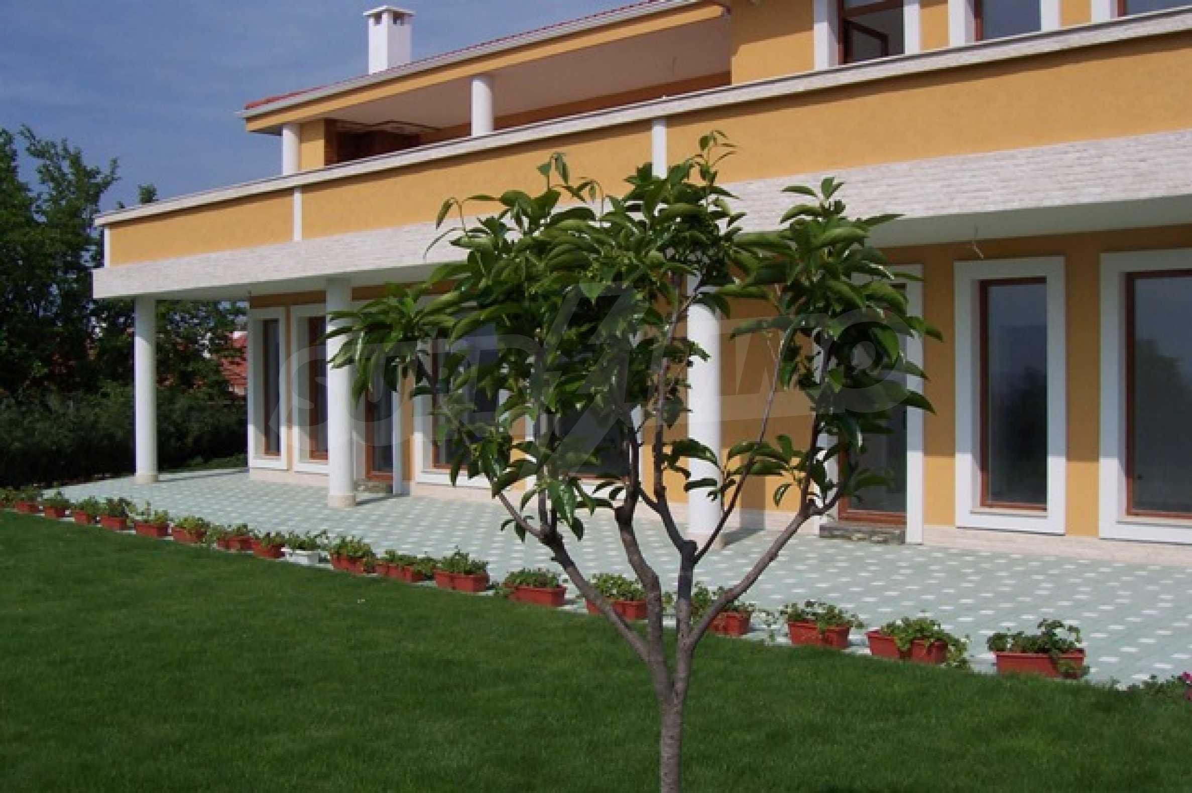 Луксозна двуетажна къща с два гаража и панорамна гледка към морето и града 2