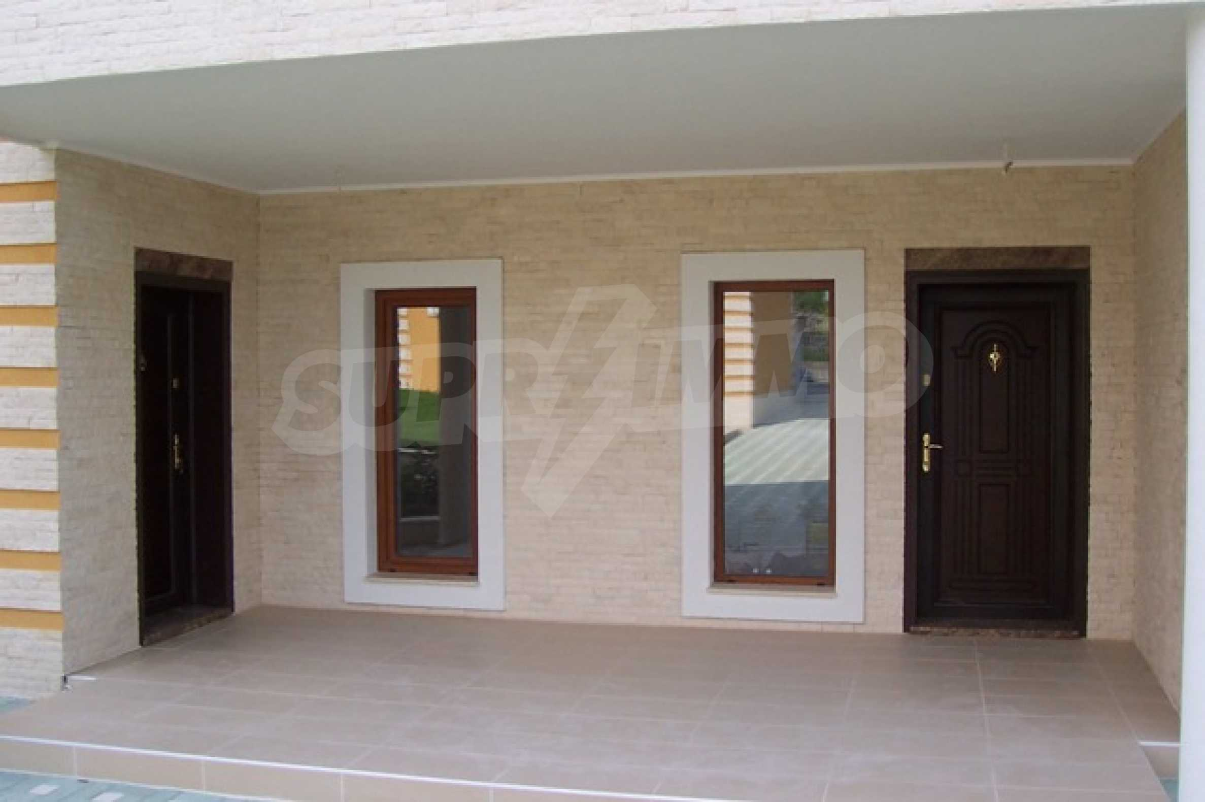Луксозна двуетажна къща с два гаража и панорамна гледка към морето и града 5