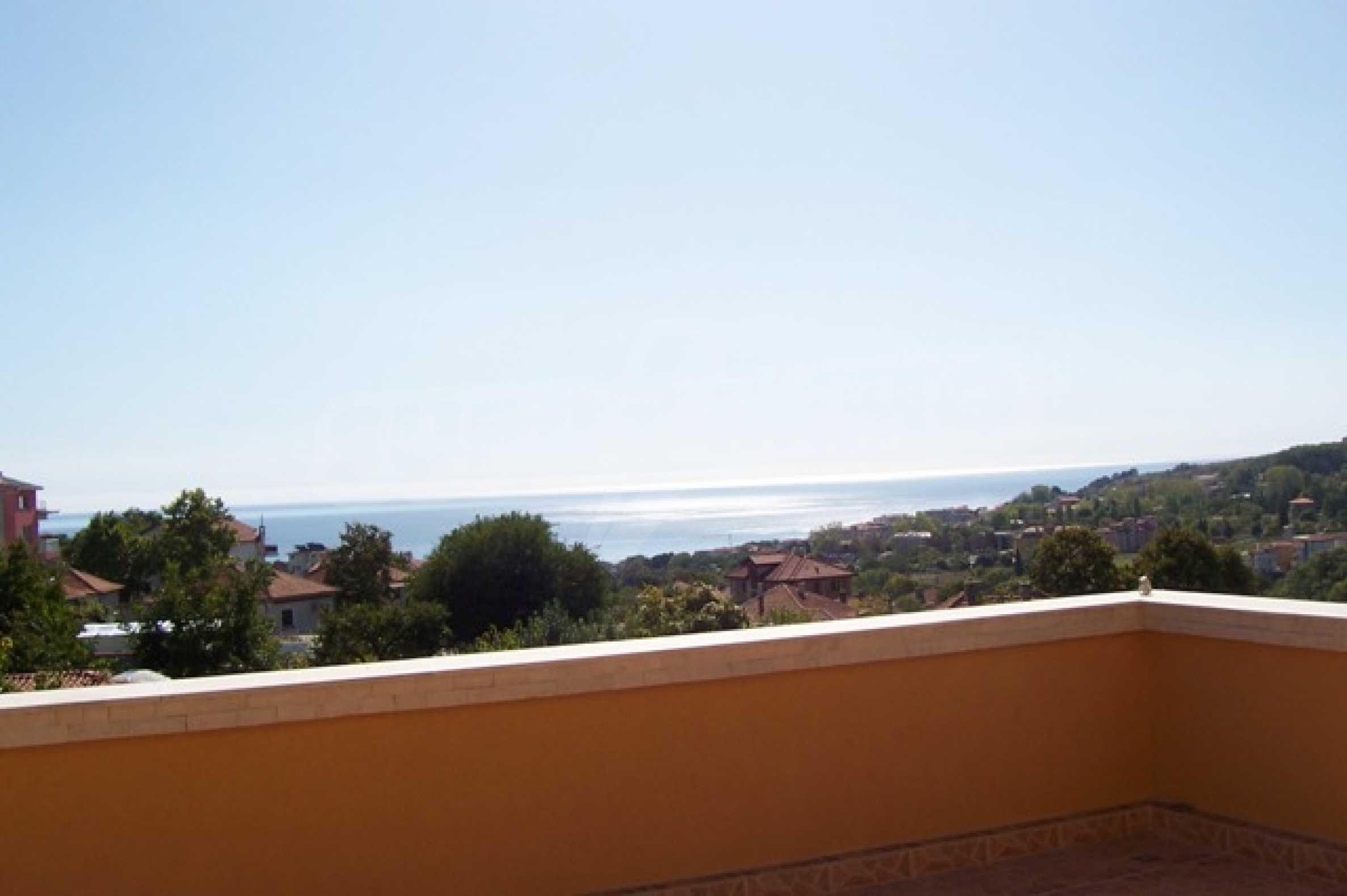 Луксозна двуетажна къща с два гаража и панорамна гледка към морето и града 8
