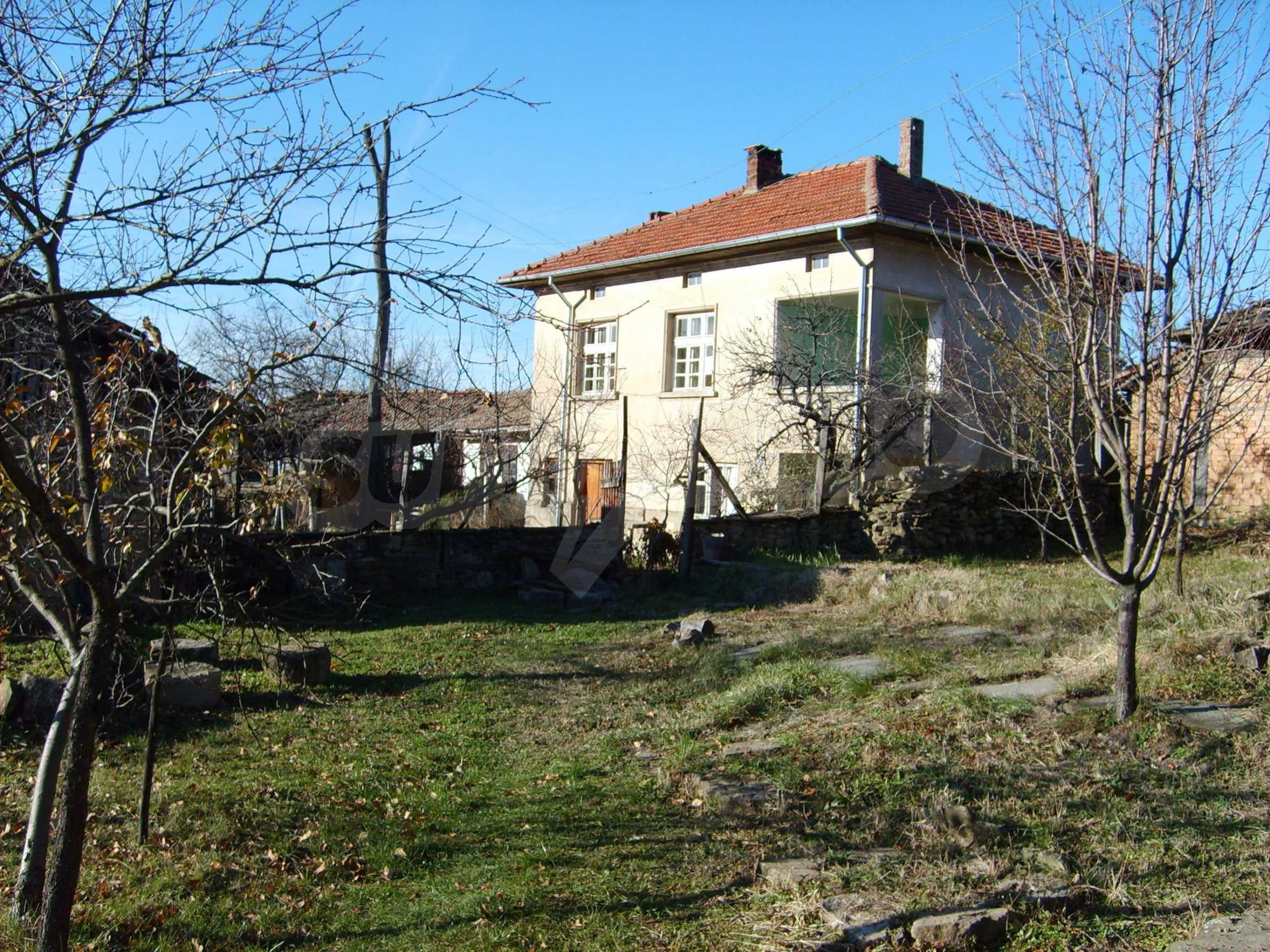 Großes zweistöckiges Haus auf dem Balkan