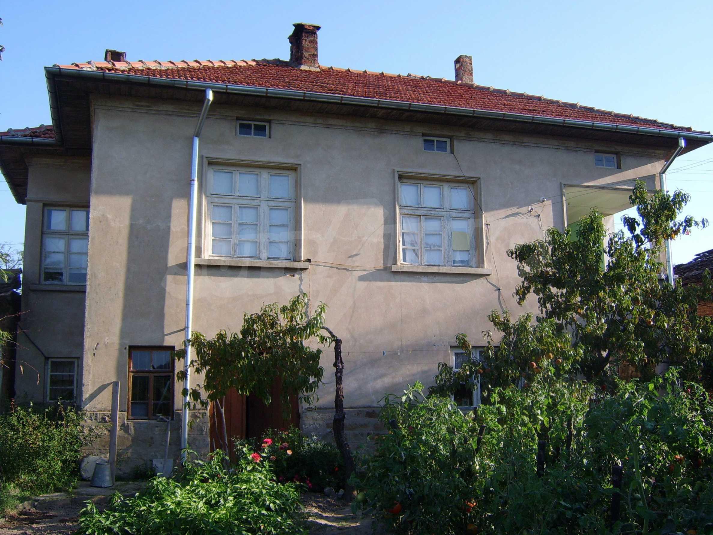 Großes zweistöckiges Haus auf dem Balkan 1