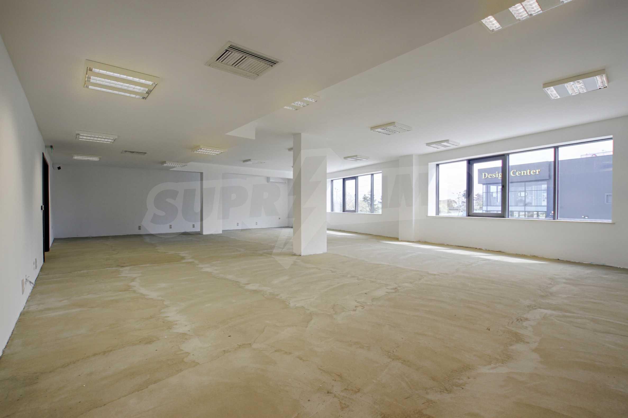 Просторен офис в представителна сграда на Околовръстен път 12
