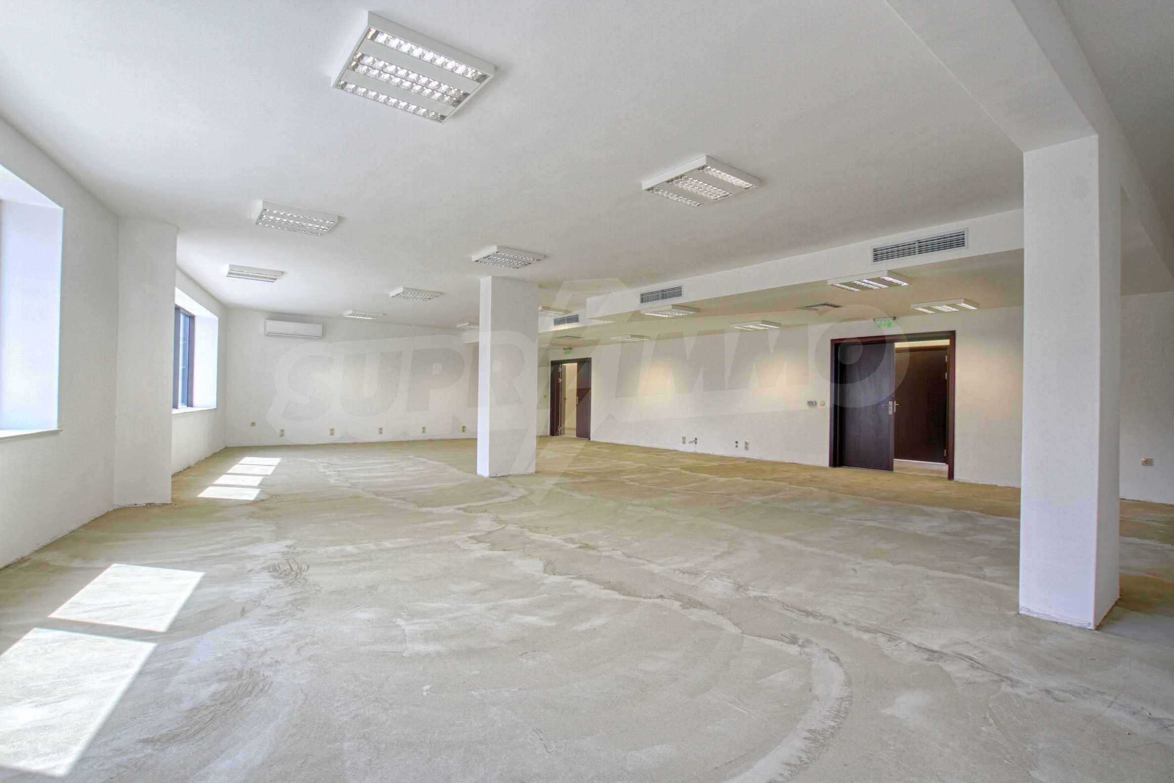 Просторен офис в представителна сграда на Околовръстен път 13