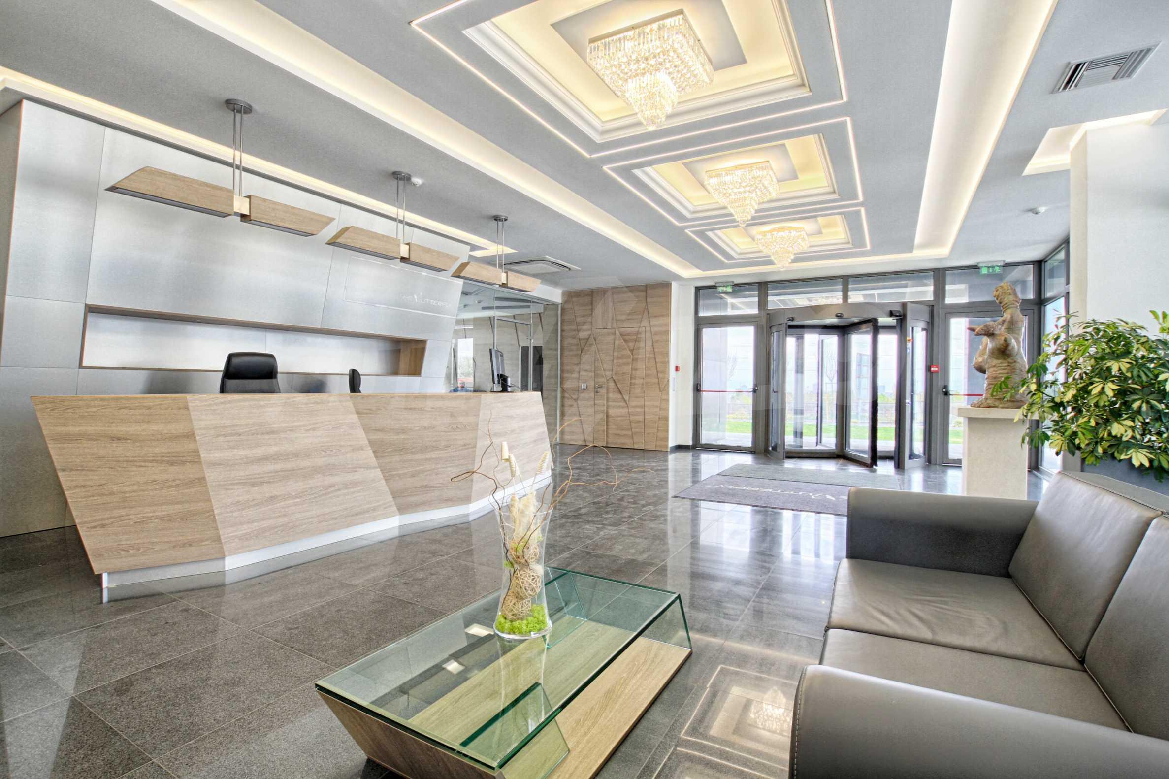 Просторен офис в представителна сграда на Околовръстен път 21