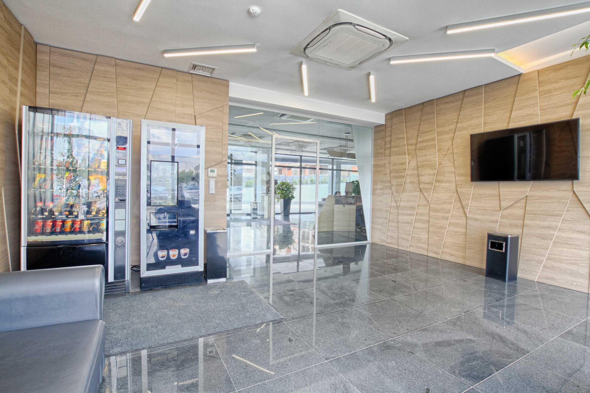 Просторен офис в представителна сграда на Околовръстен път 26
