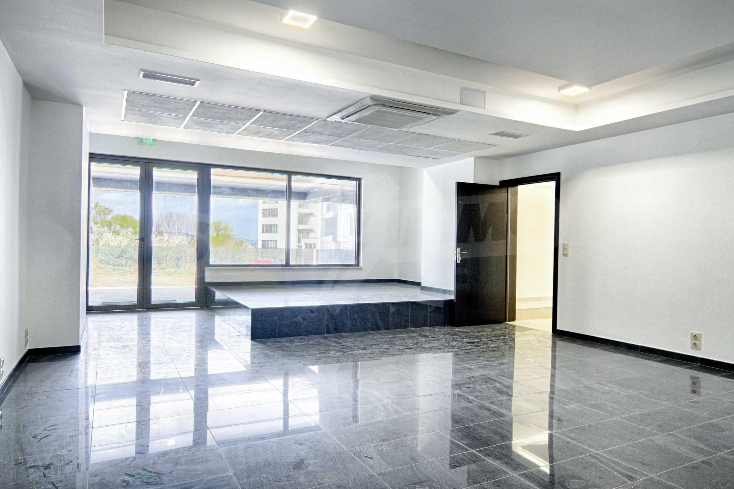 Просторен офис в представителна сграда на Околовръстен път 4