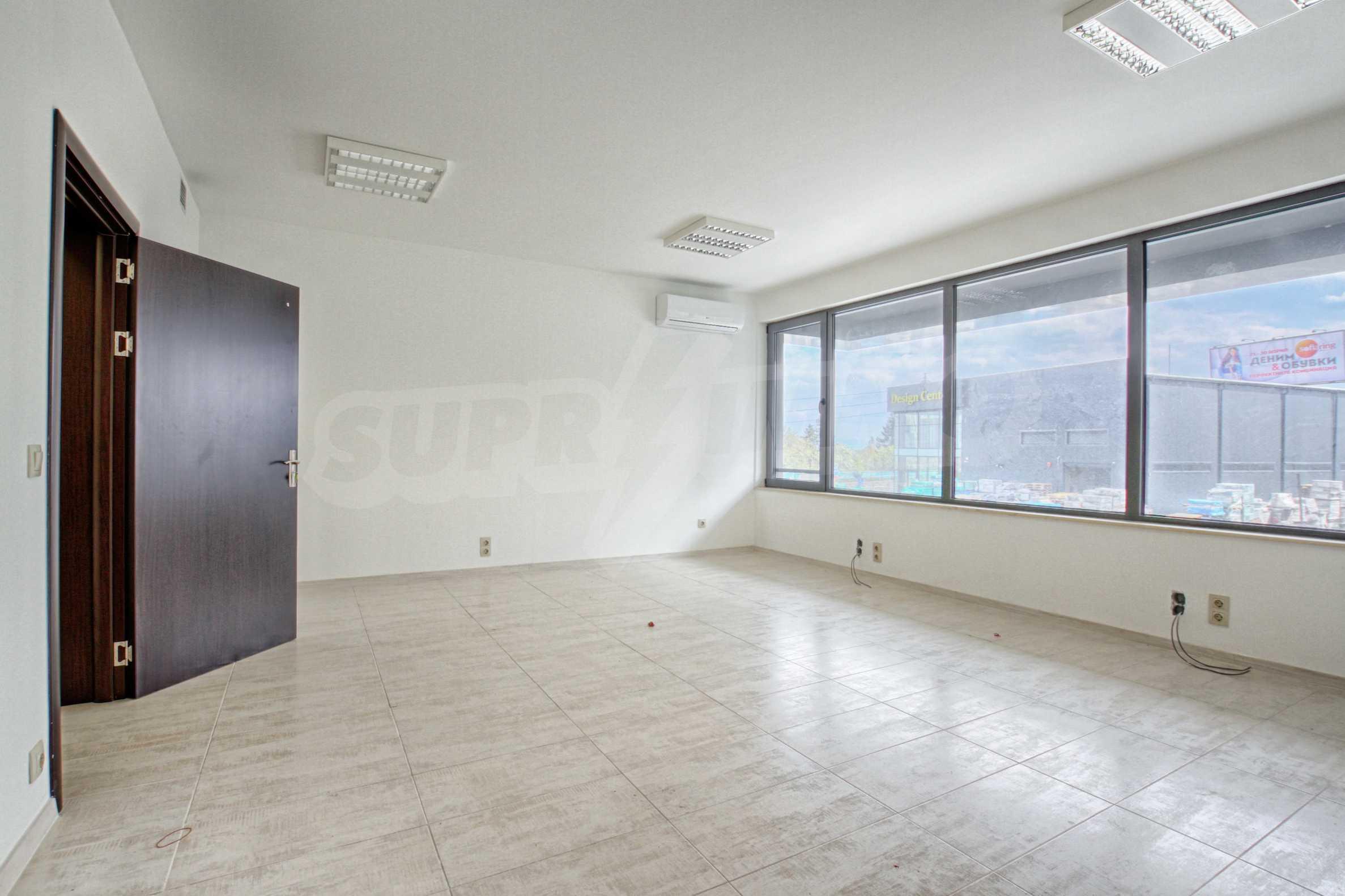 Просторен офис в представителна сграда на Околовръстен път 5