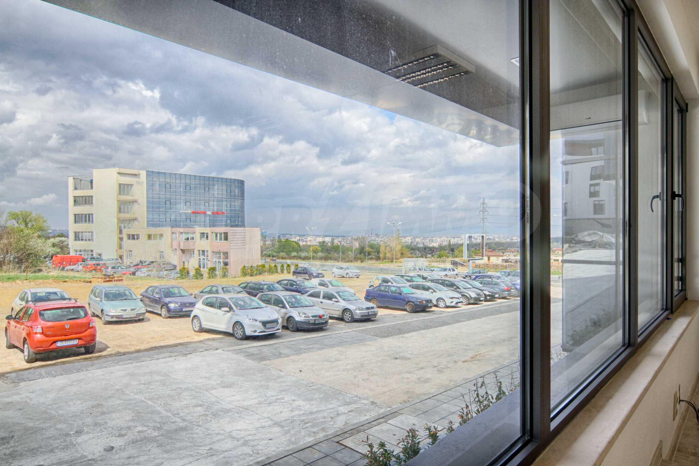 Просторен офис в представителна сграда на Околовръстен път 6