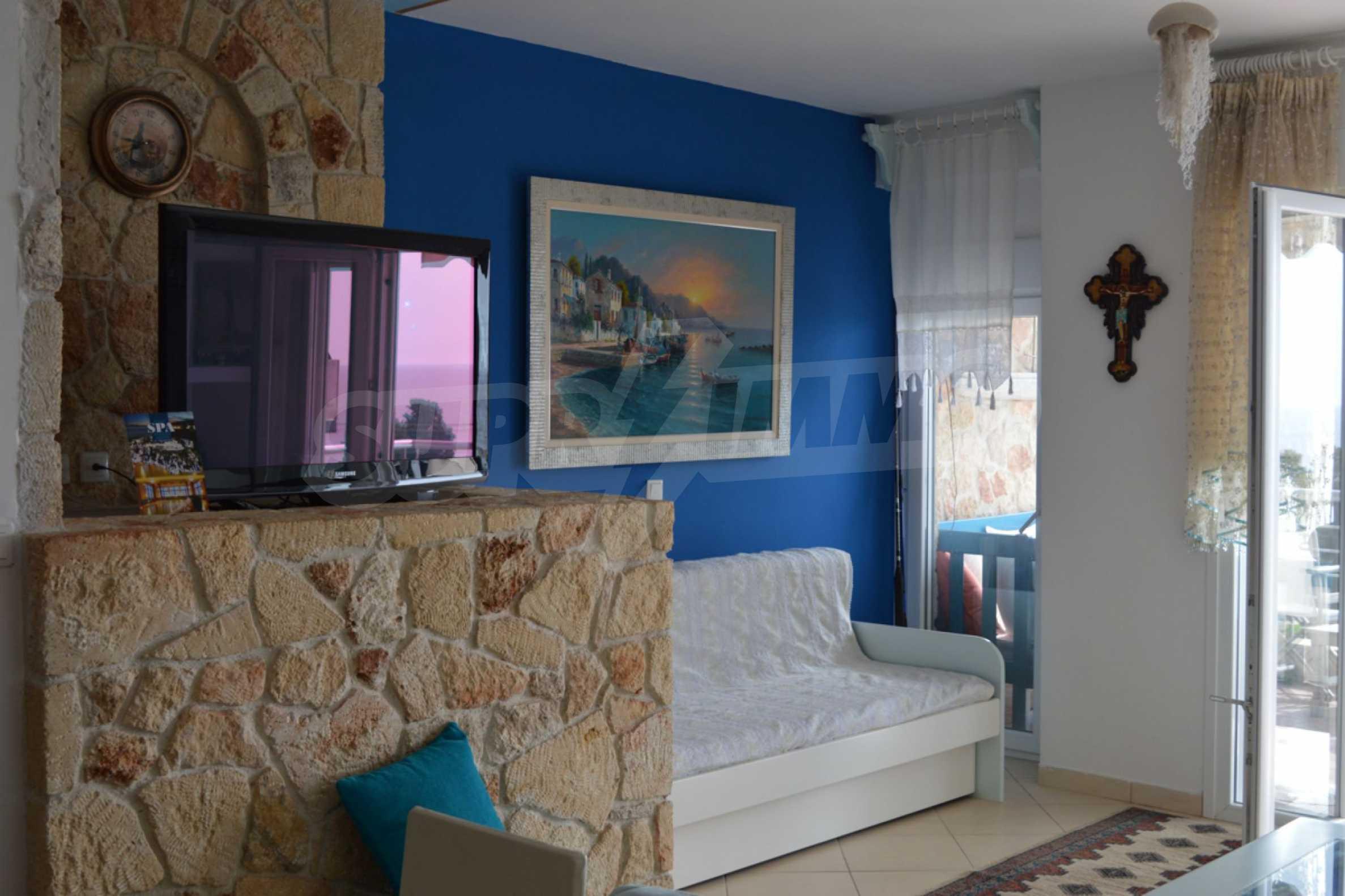 Уютна редова къща в  Лутра с прекрасна морска гледка 9