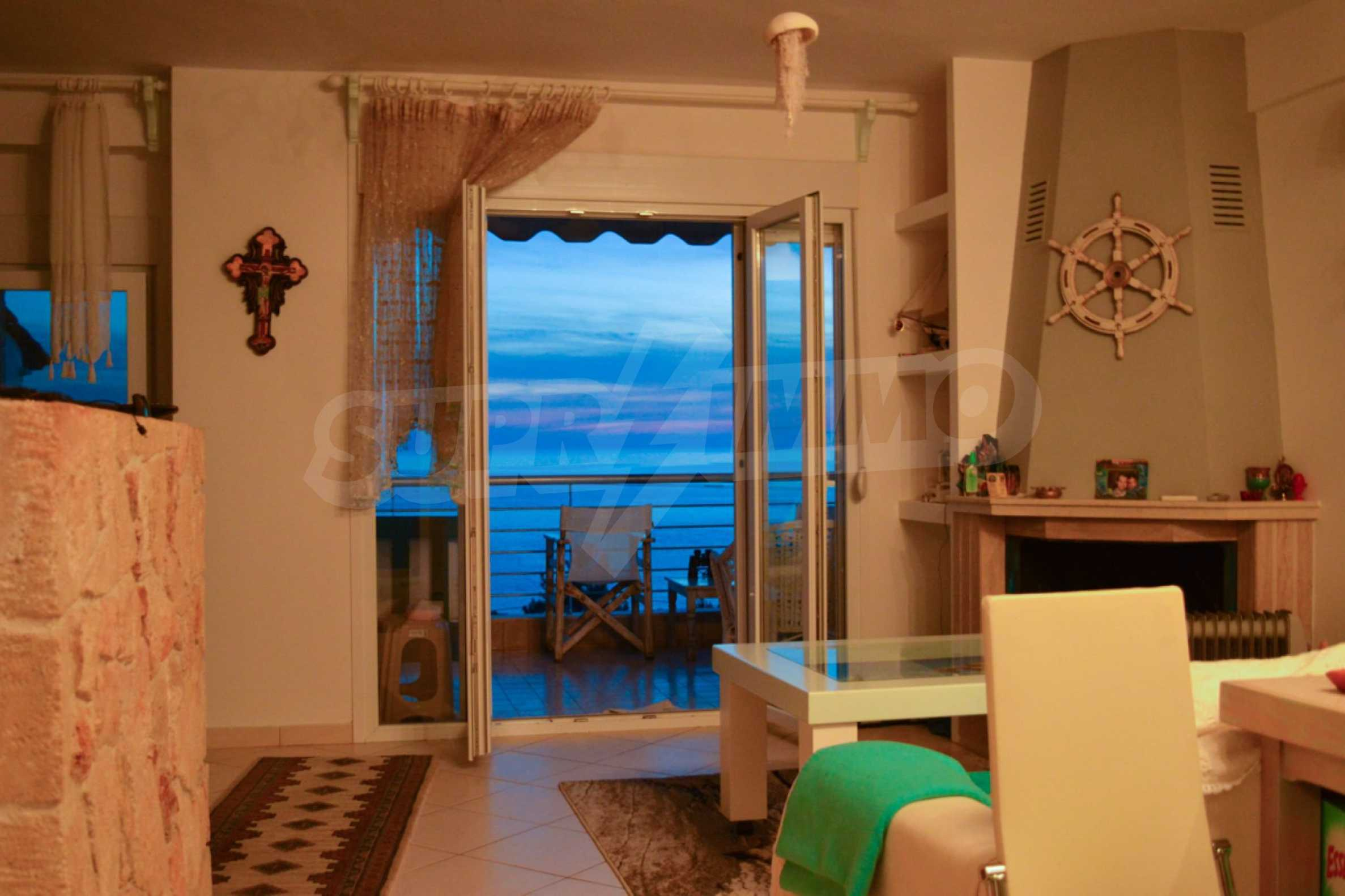 Уютна редова къща в  Лутра с прекрасна морска гледка 15