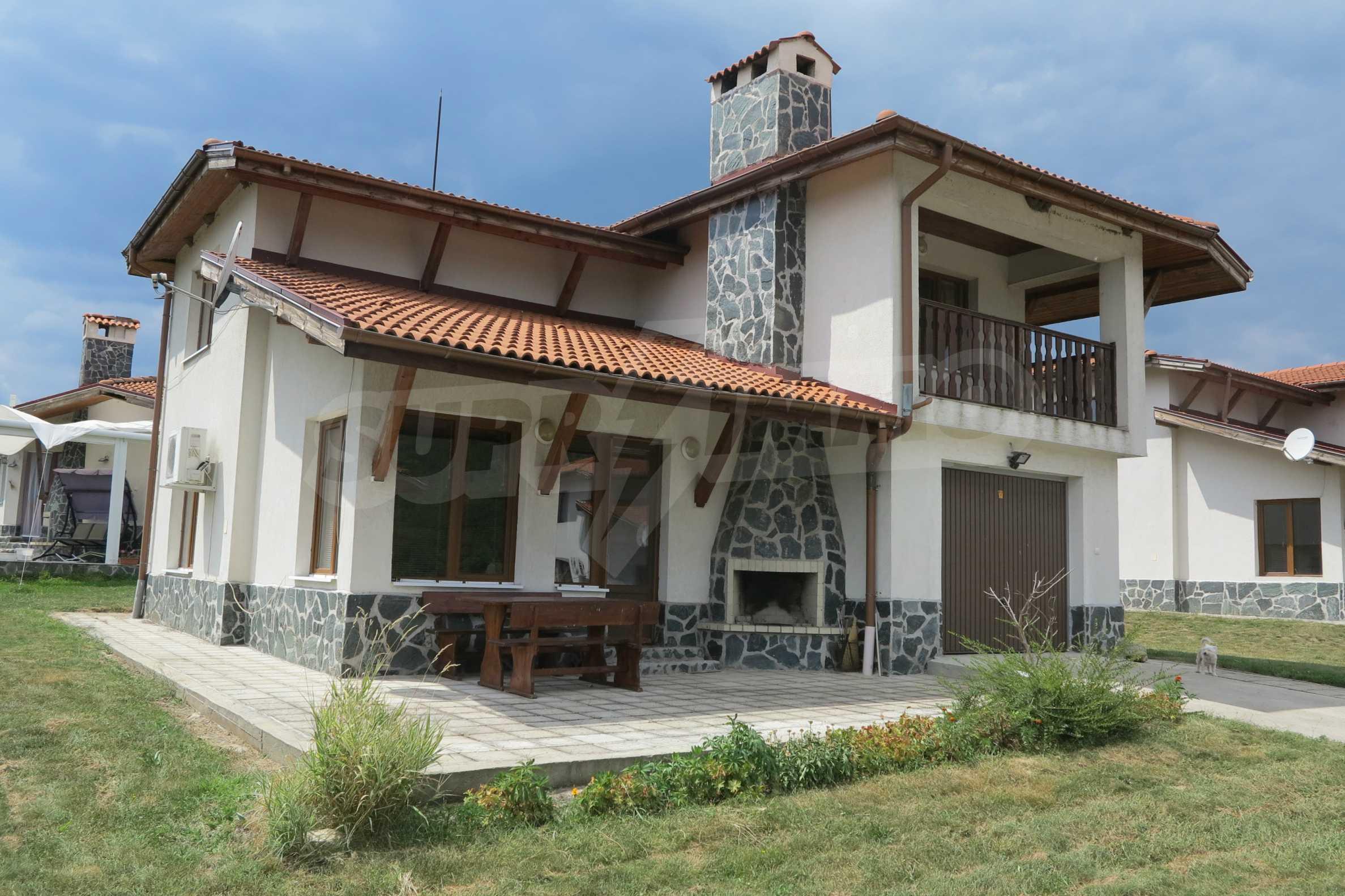 Двуетажна планинска къща с двор и лесен достъп до София