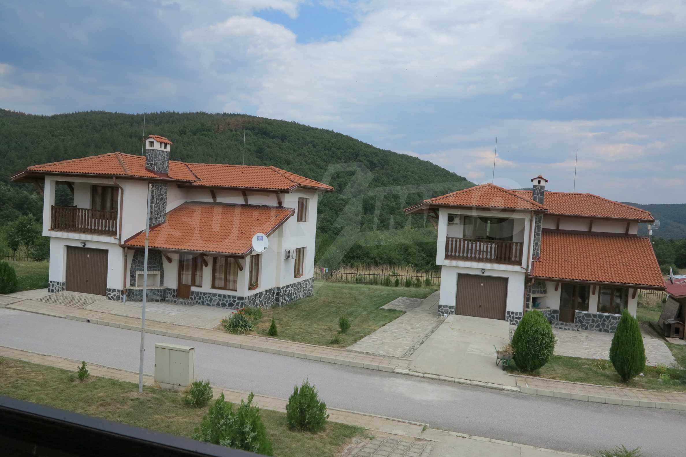 Двуетажна планинска къща с двор и лесен достъп до София 28