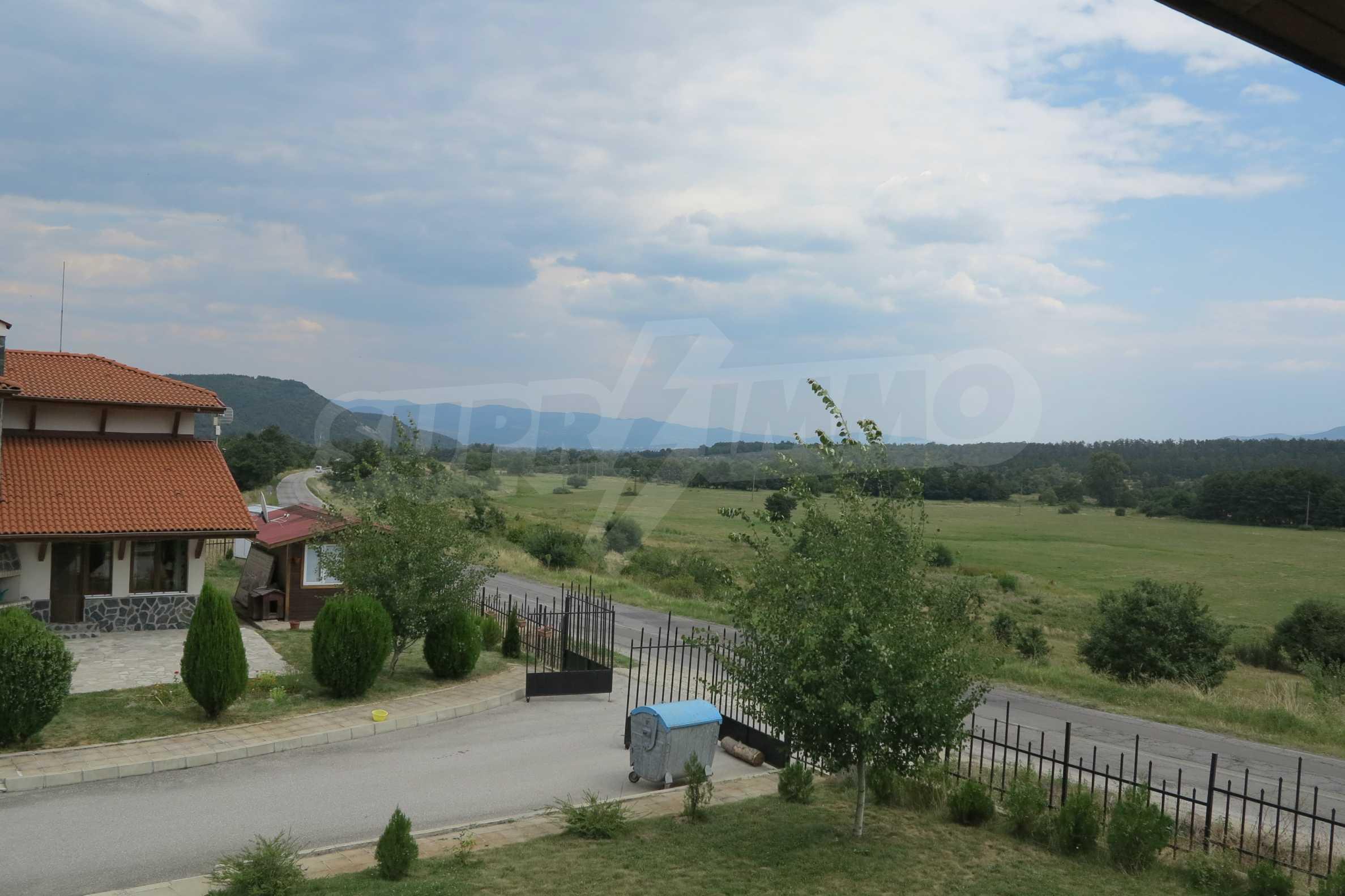 Двуетажна планинска къща с двор и лесен достъп до София 29