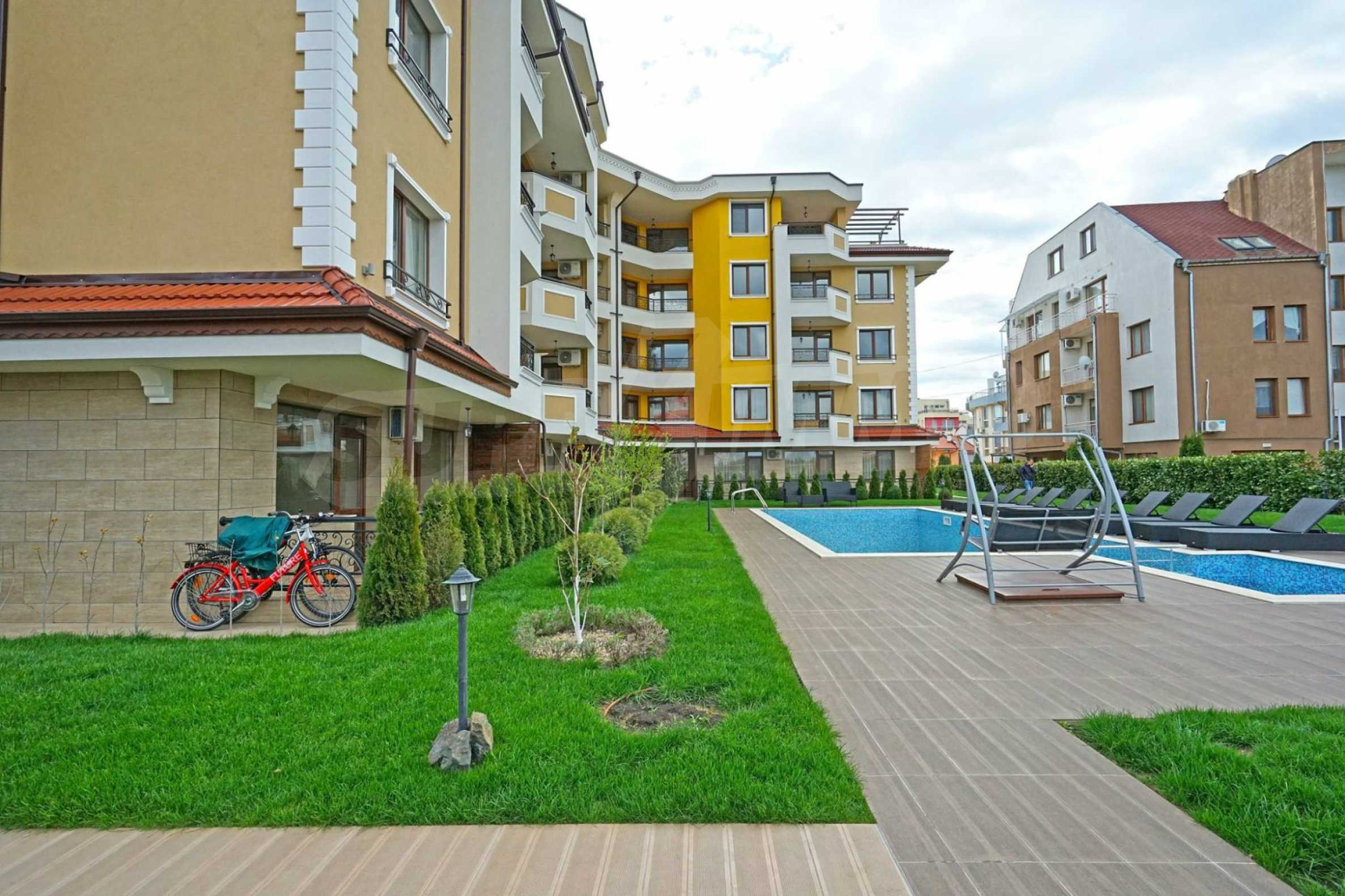 Four-room apartment with a panoramic terrace in a complex with a swimming pool 2