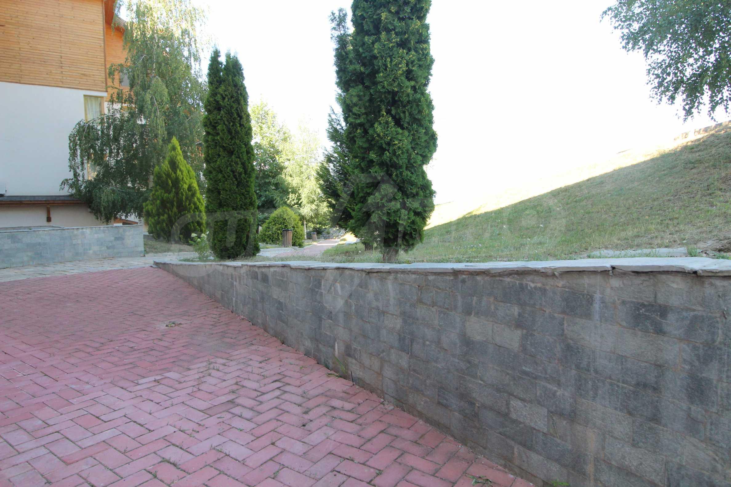 Необзаведен тристаен апартмент с голям двор 6