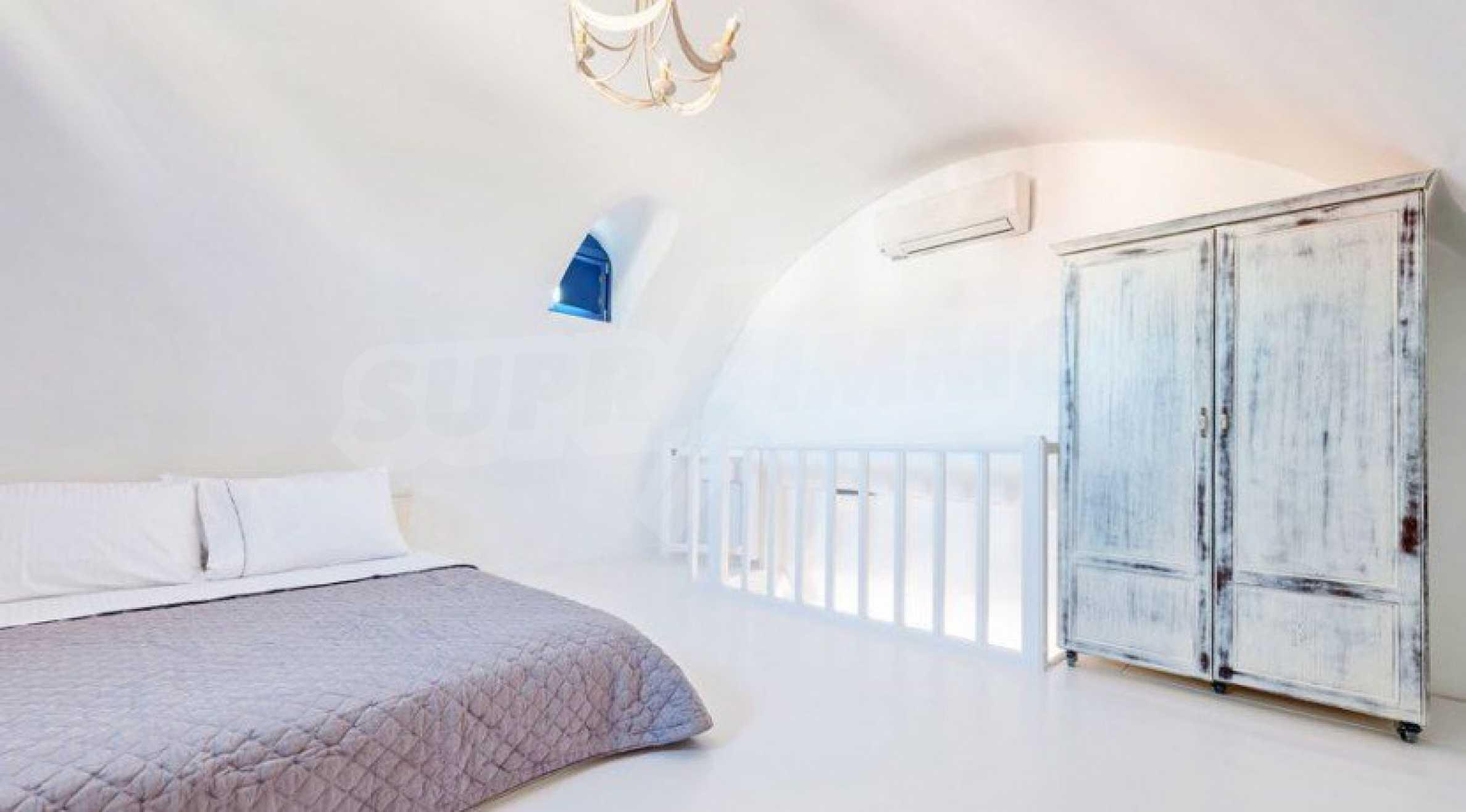 Първокласен имот до Белия плаж на остров Санторини 9