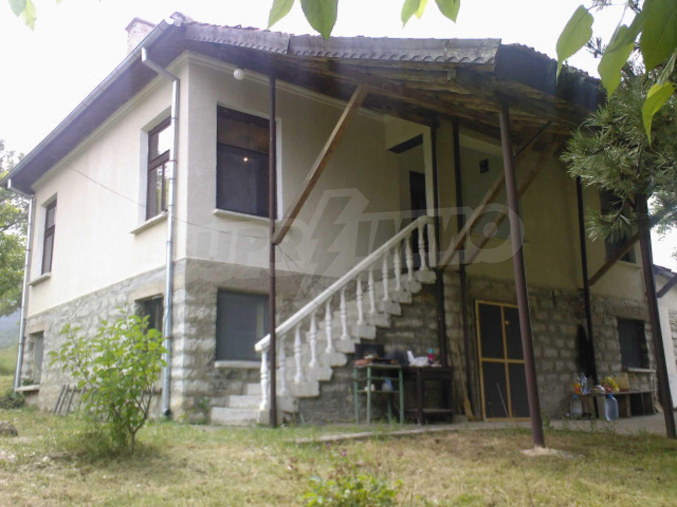 Къща на два етажа с голям двор 1