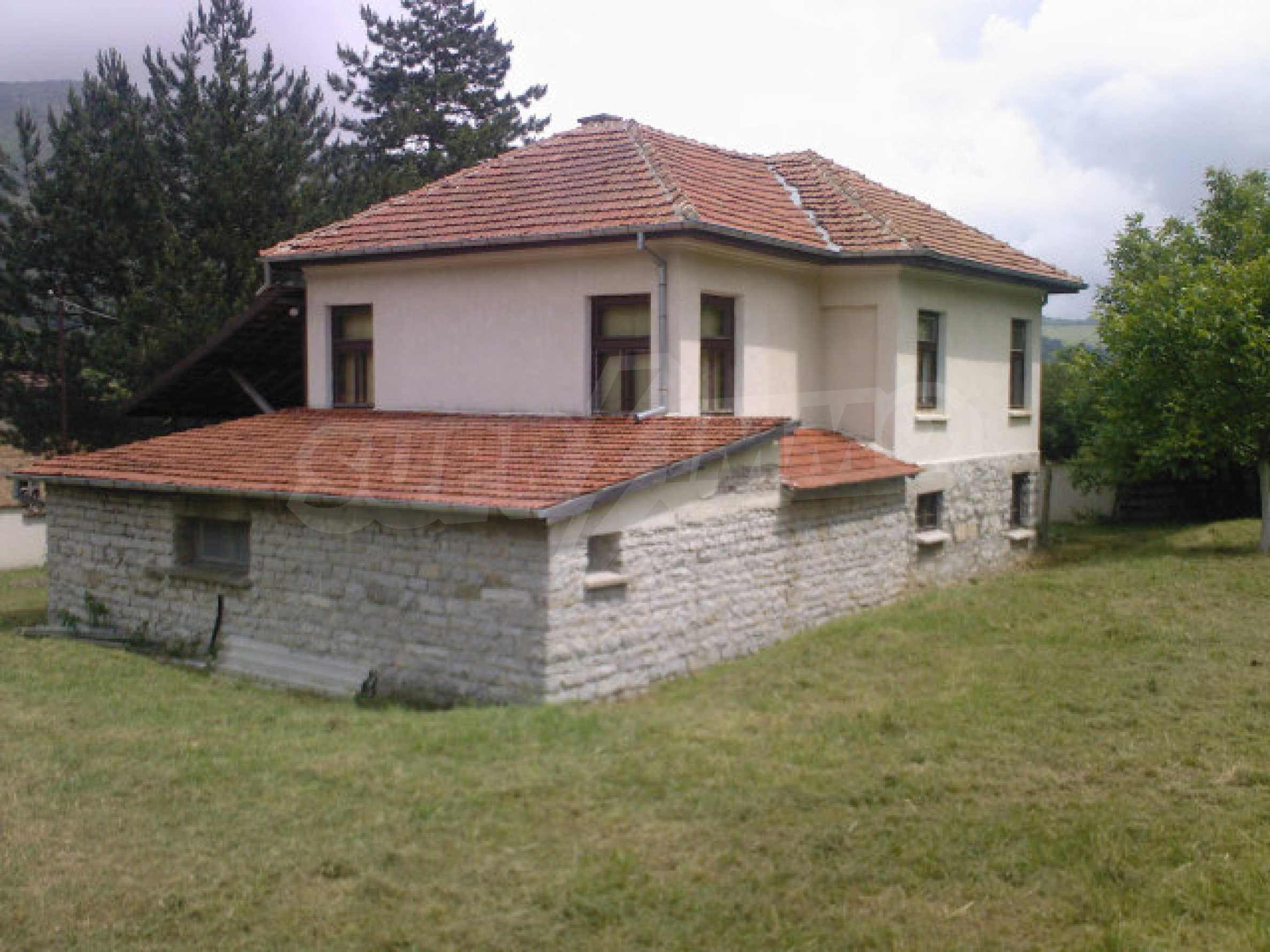 Къща на два етажа с голям двор 2