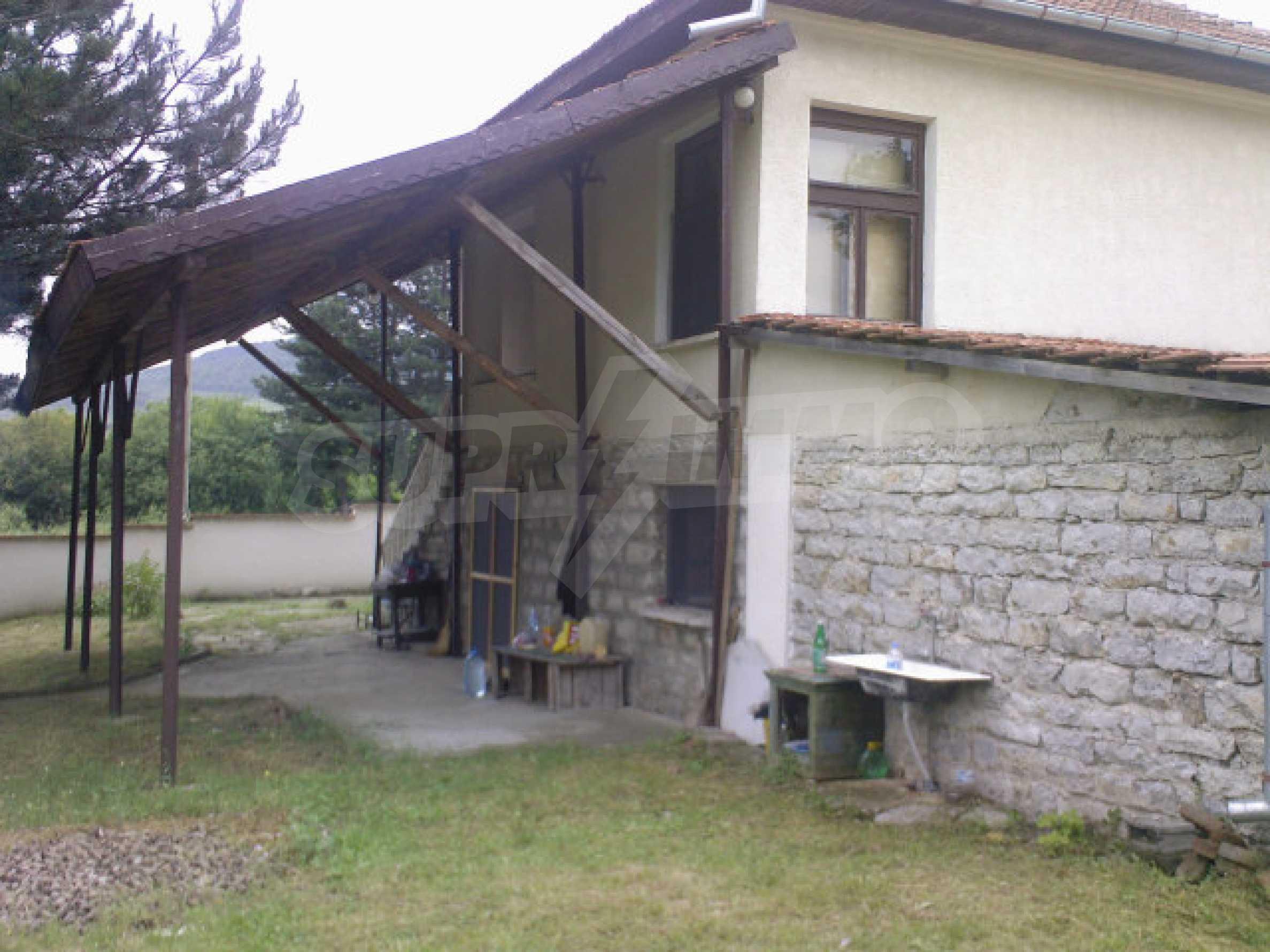 Къща на два етажа с голям двор 3