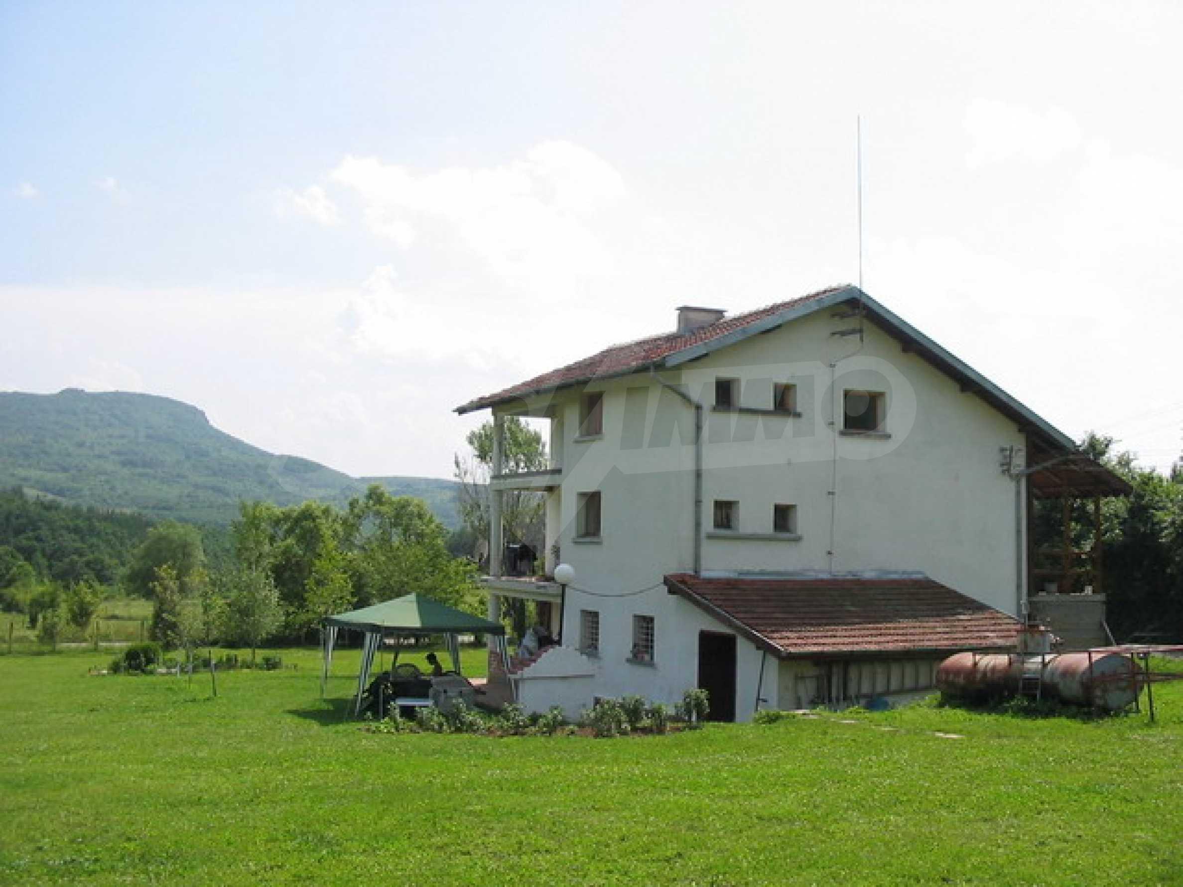 Neu gebautes dreistöckiges Haus in der Nähe von Sevliewo