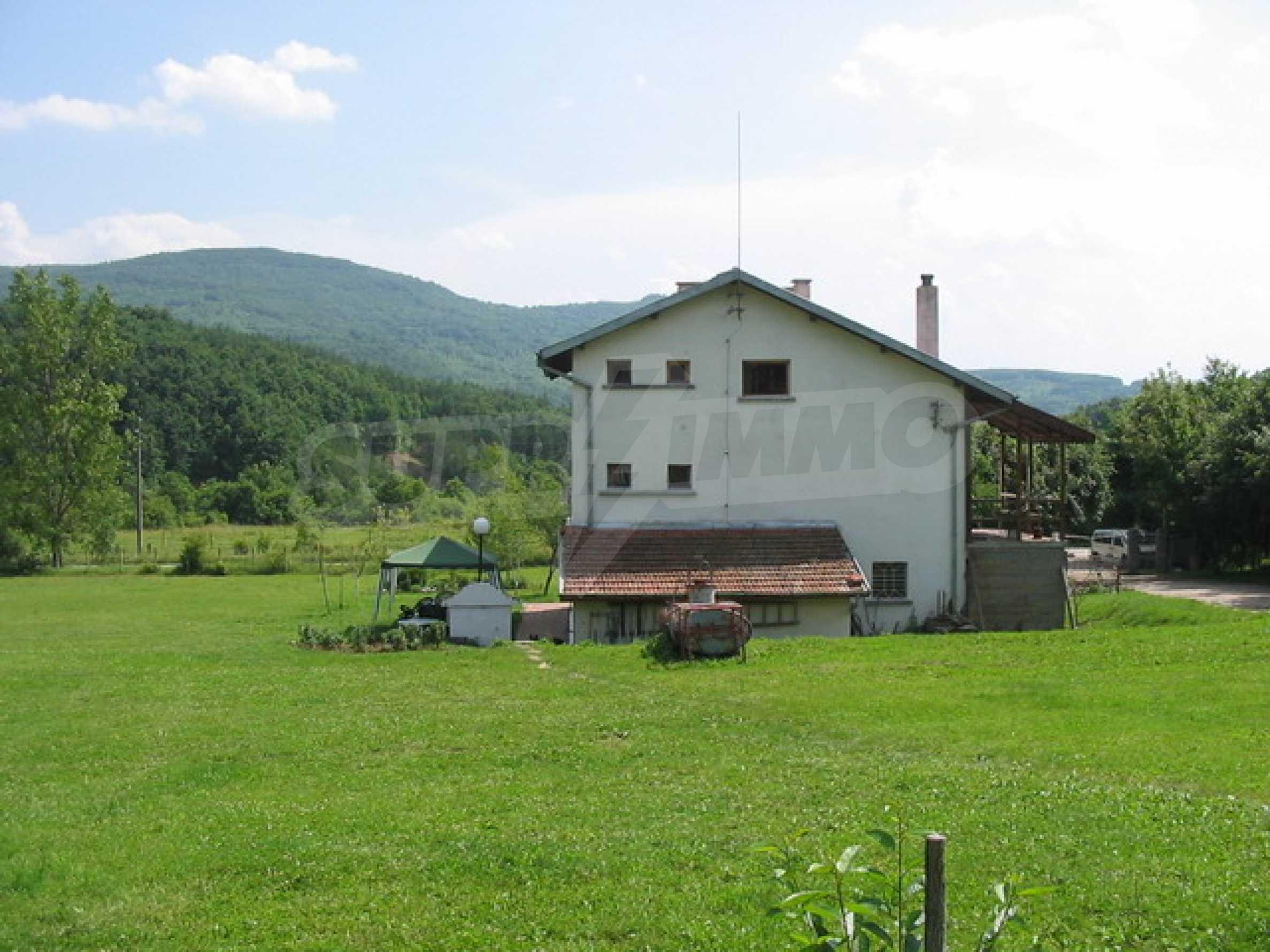 Neu gebautes dreistöckiges Haus in der Nähe von Sevliewo 1