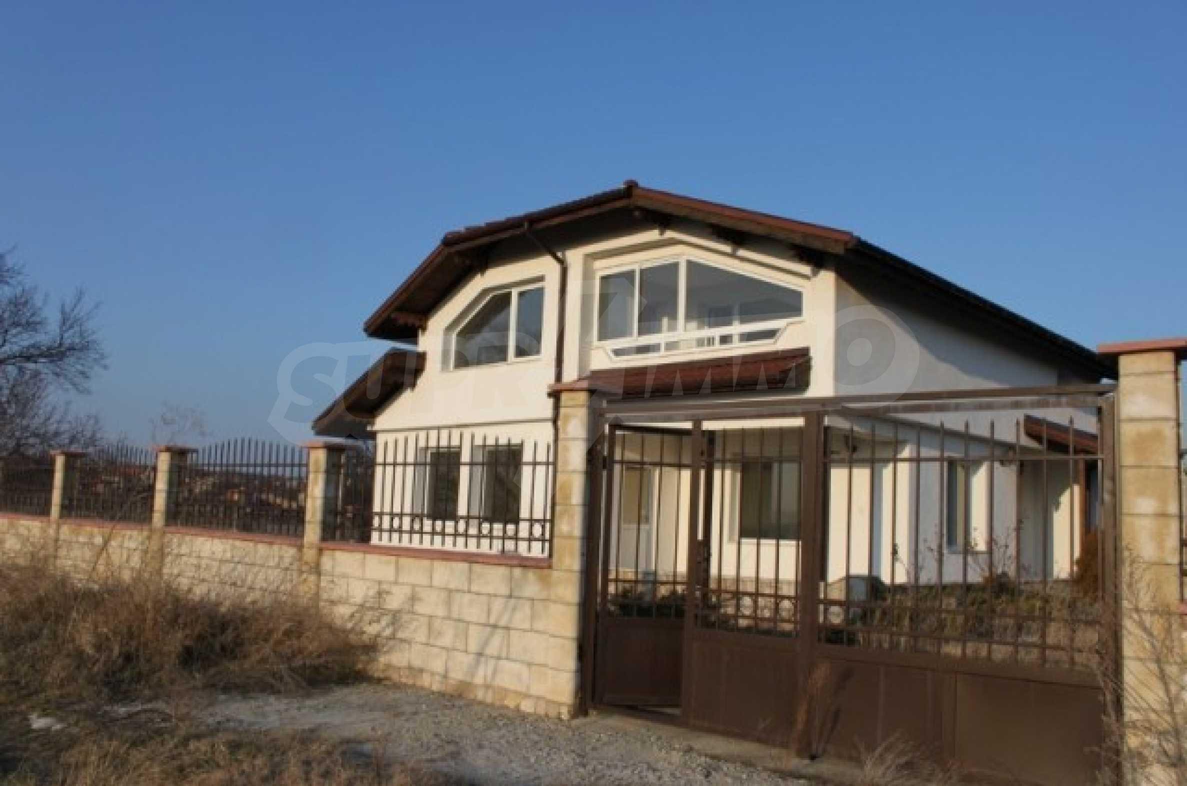 Dreistöckiges Haus im Dorf Zdravets